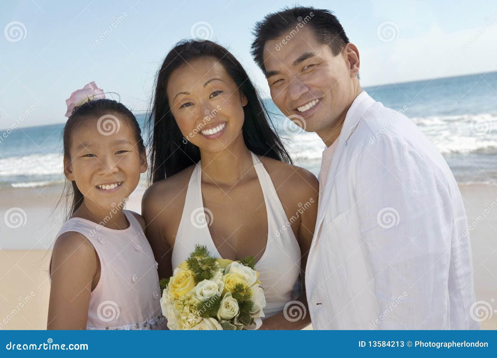 Braut und Bräutigam mit Schwester auf Strand