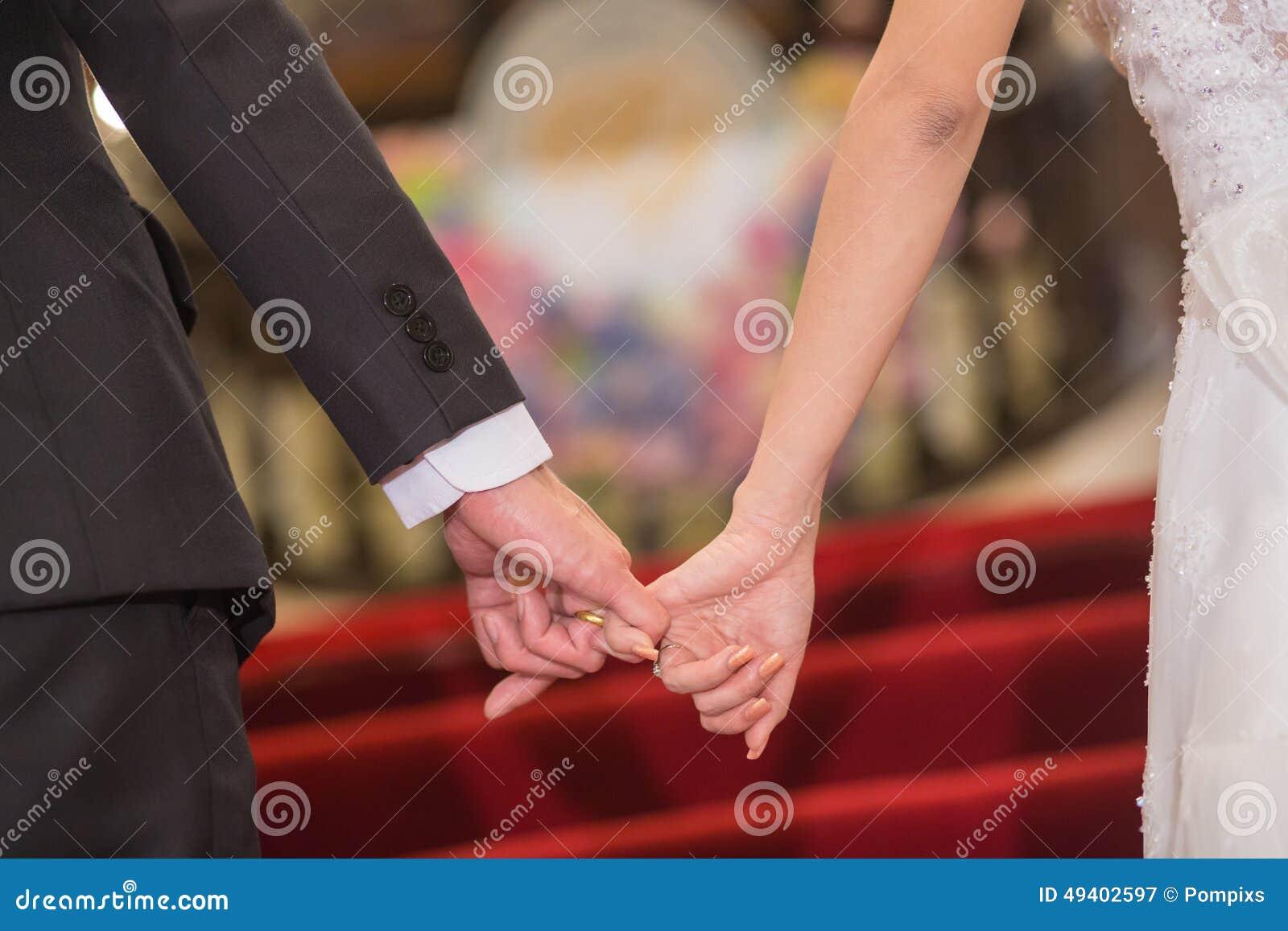 Download Braut Und Bräutigam, Welche Die Handwarteheirat Halten Stockbild - Bild von braut, feier: 49402597