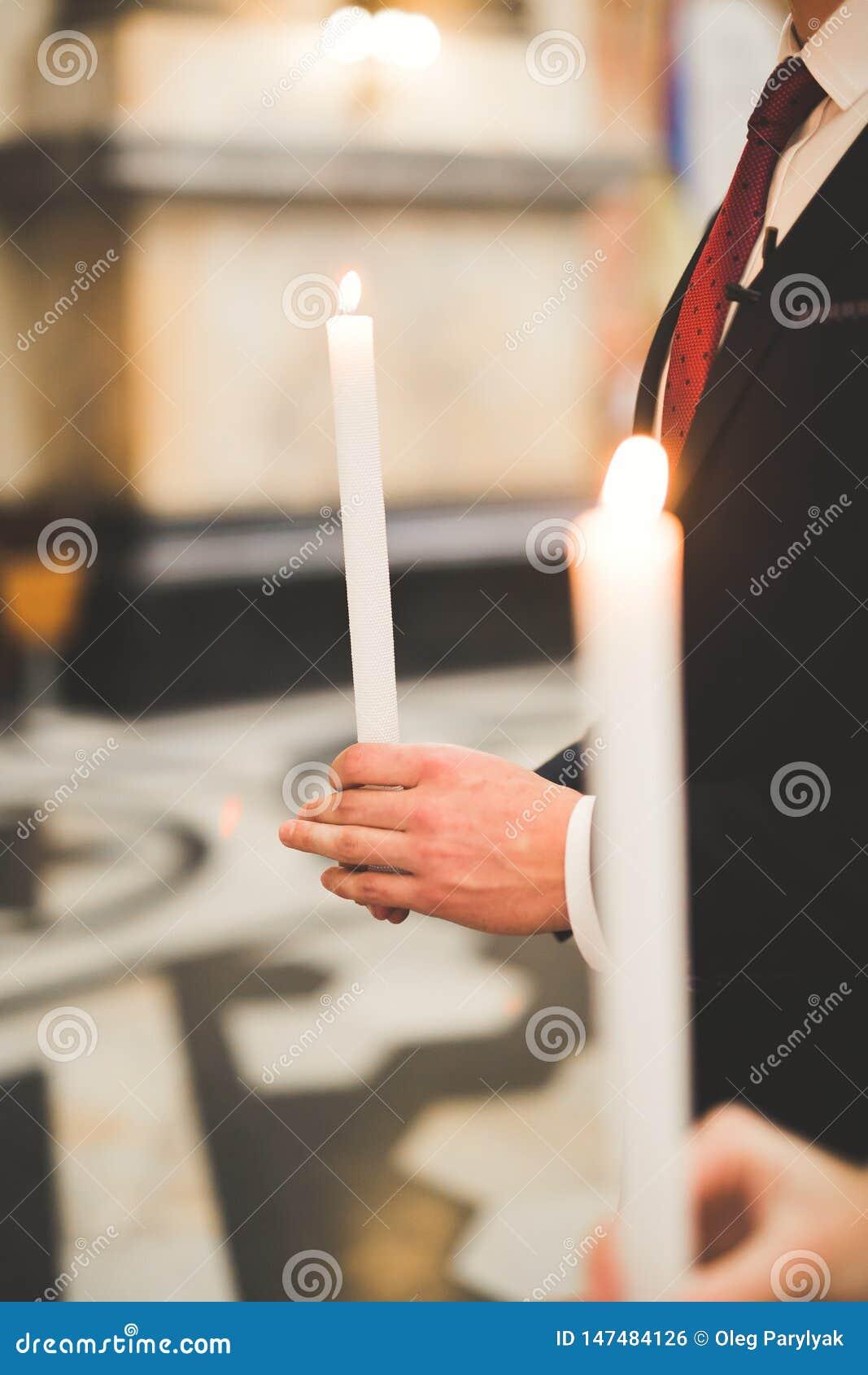 Braut und Br?utigam, die Kerzen in der Kirche halten