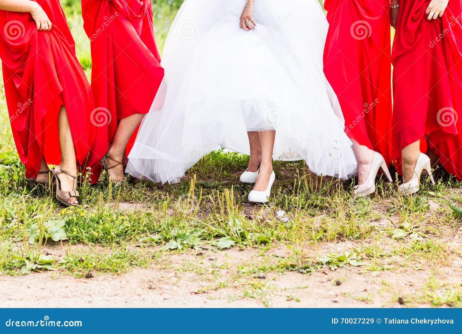 Braut und Brautjungfern führen ihre Schuhe an der Hochzeit vor