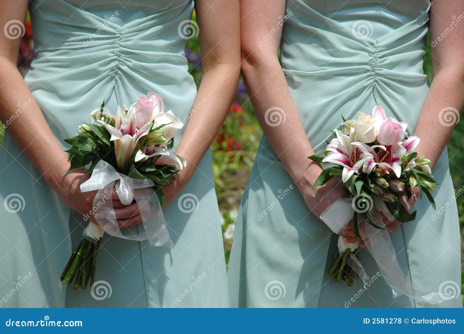 Brautjunfern, die Blumensträuße anhalten