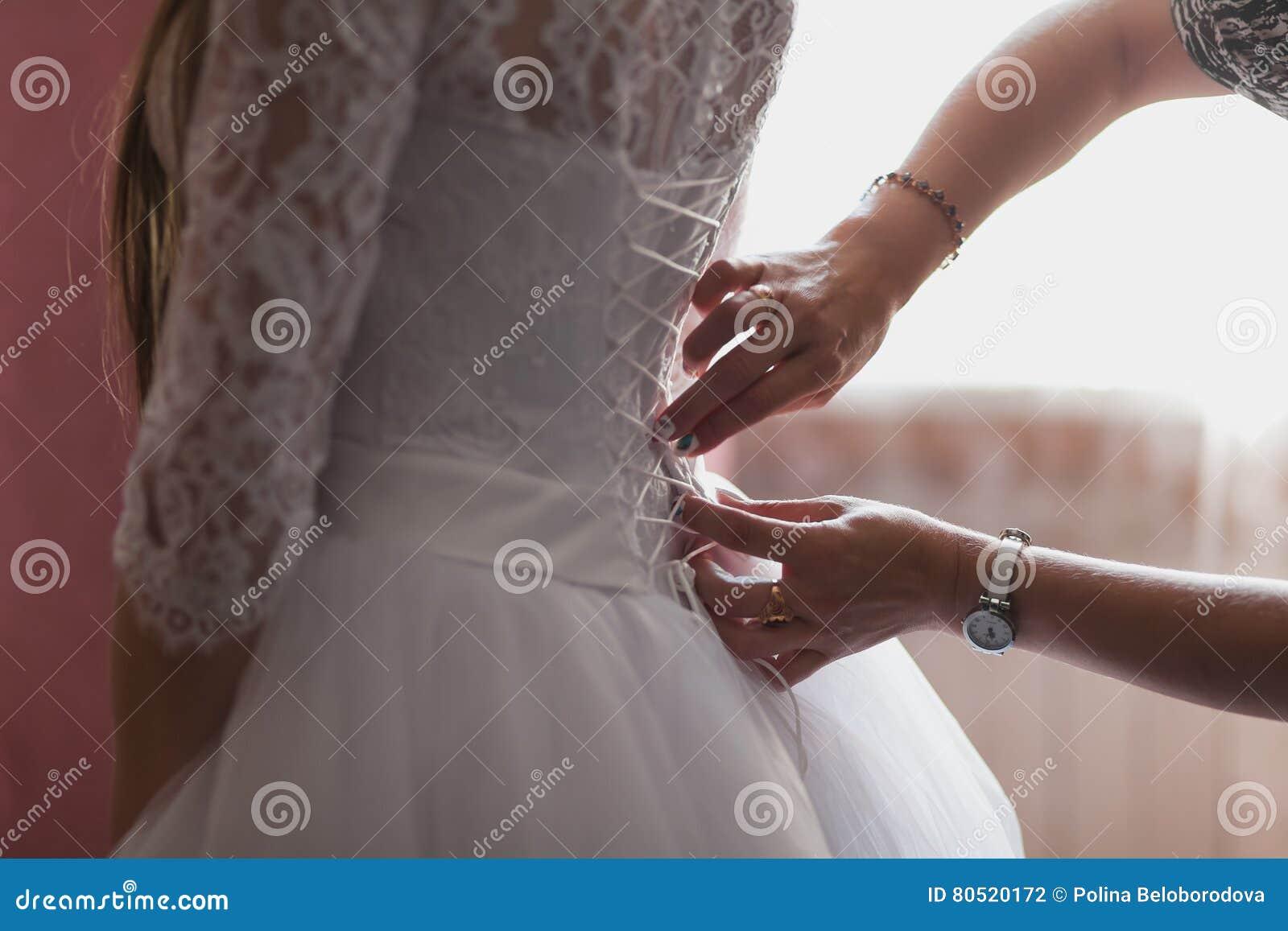 Brautjungfern, Die Helfen, Ihr Hochzeitskleid Zu Binden Tradition ...