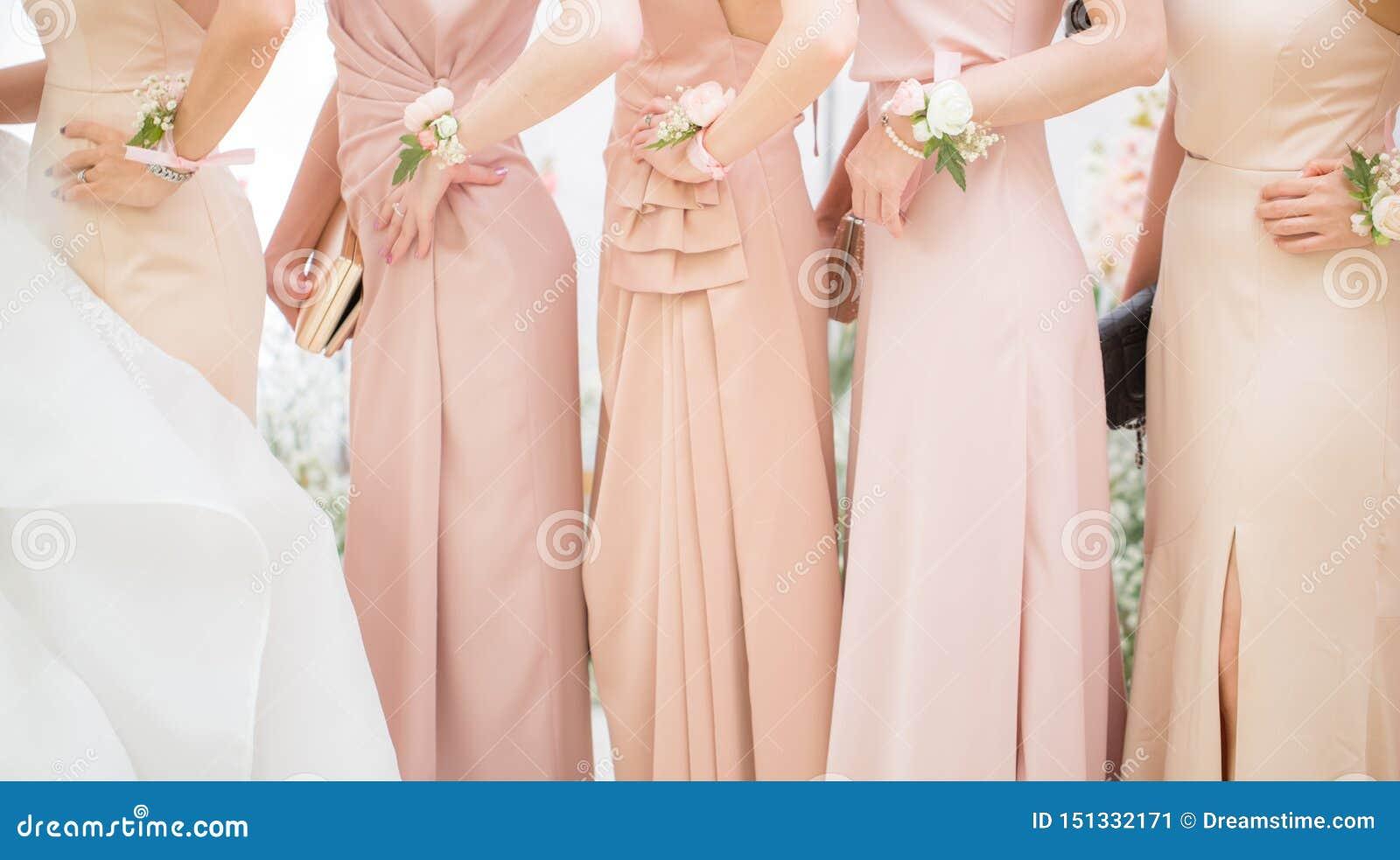 Brautjungfern geben für eine Fotoaufnahme bekannt