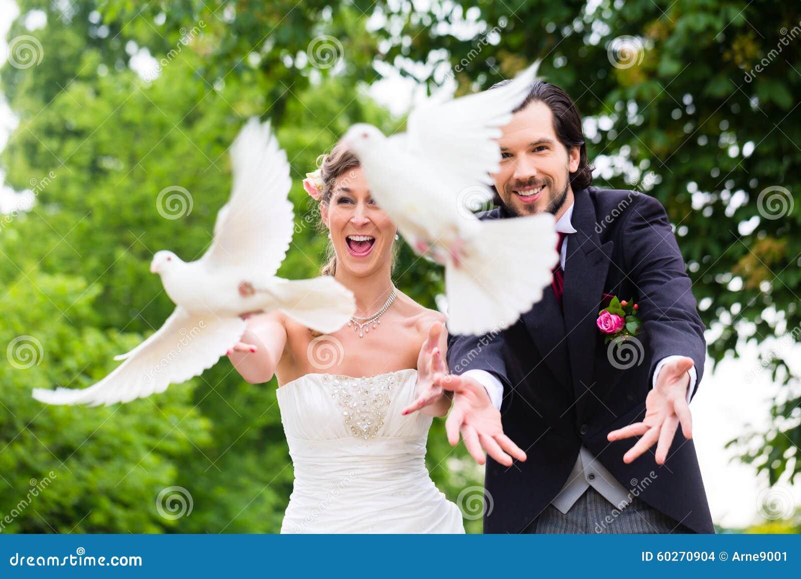 Brautpaare Mit Fliegenden Weißen Tauben An Der Hochzeit Stockfoto ...
