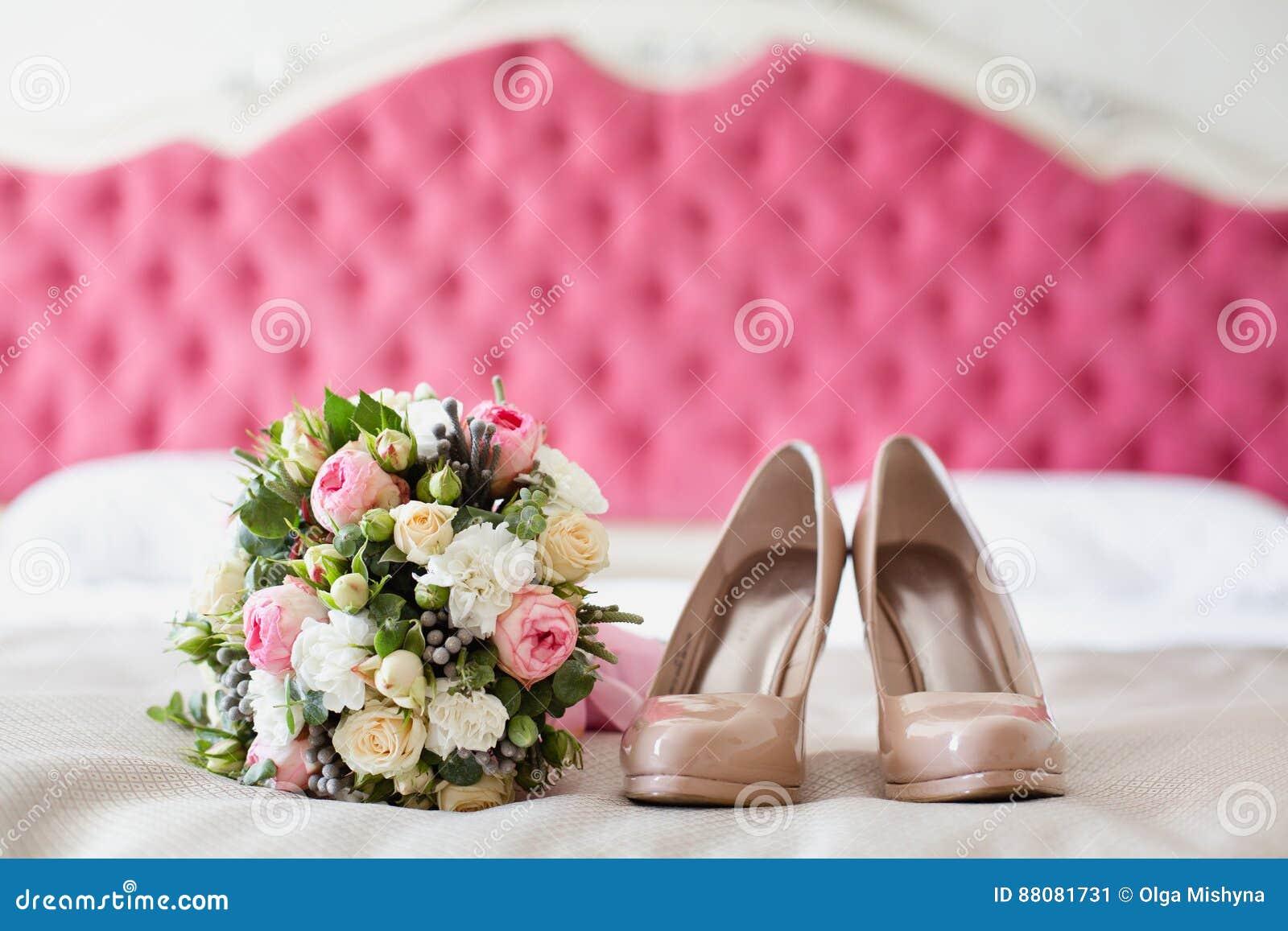 check out fa15d cfce2 Brautzubehör: Beige Schuhe Und Blumenstrauß Stockbild - Bild ...