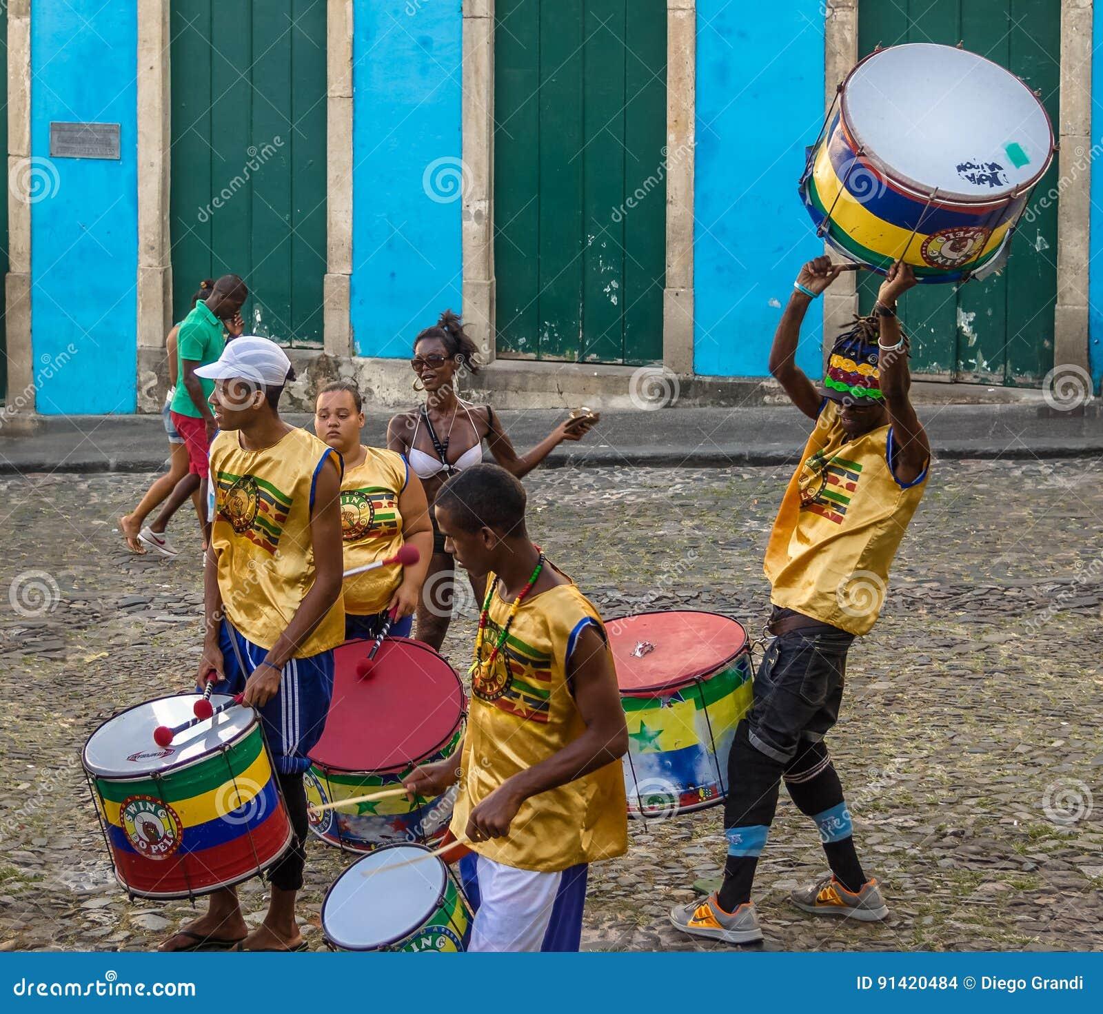 Braziliaanse trommelende groep op de straten van Pelourinho - Salvador, Bahia, Brazilië