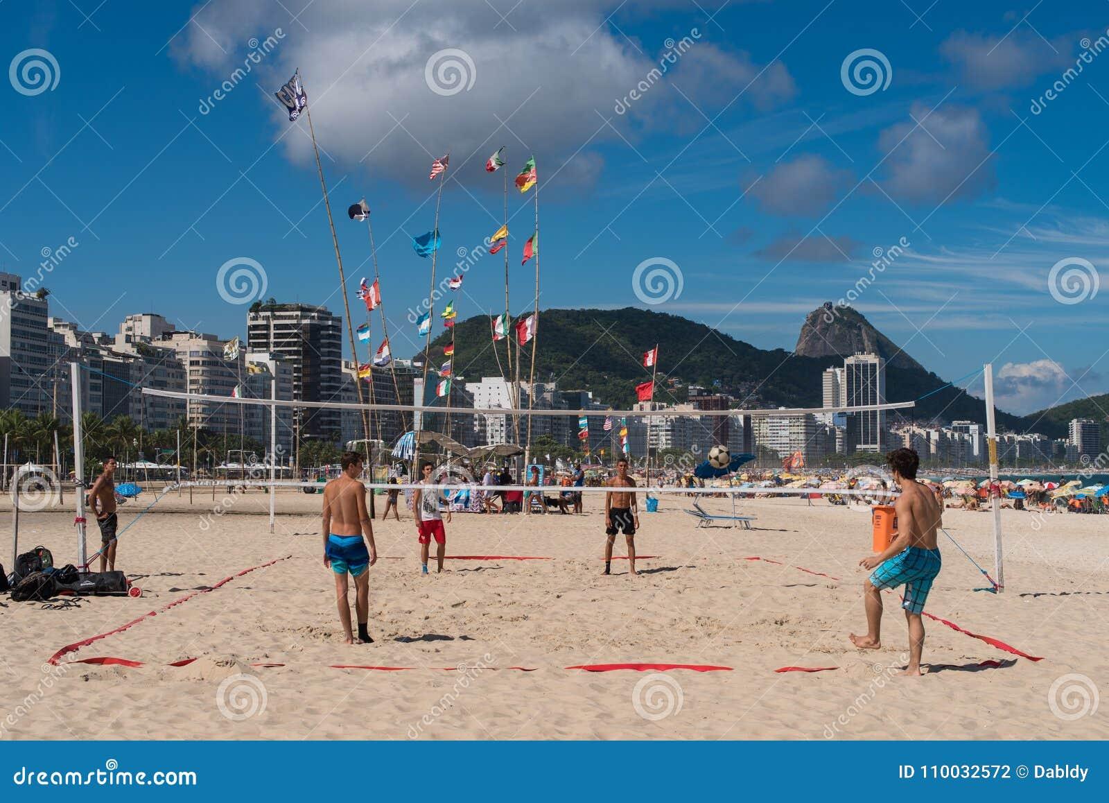 Brazilianen spelen Footvolley bij Copacabana-Strand