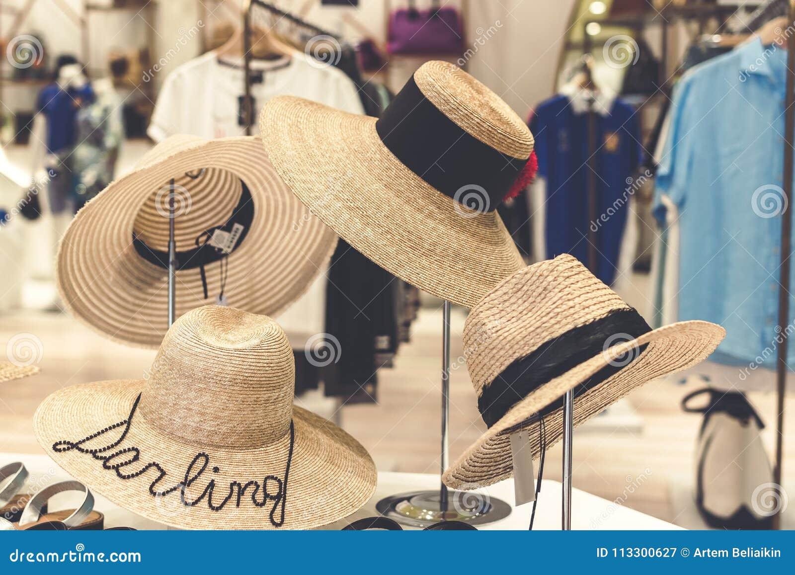Brazolada de los sombreros de paja en la tienda bali Concepto el hacer compras y del viaje