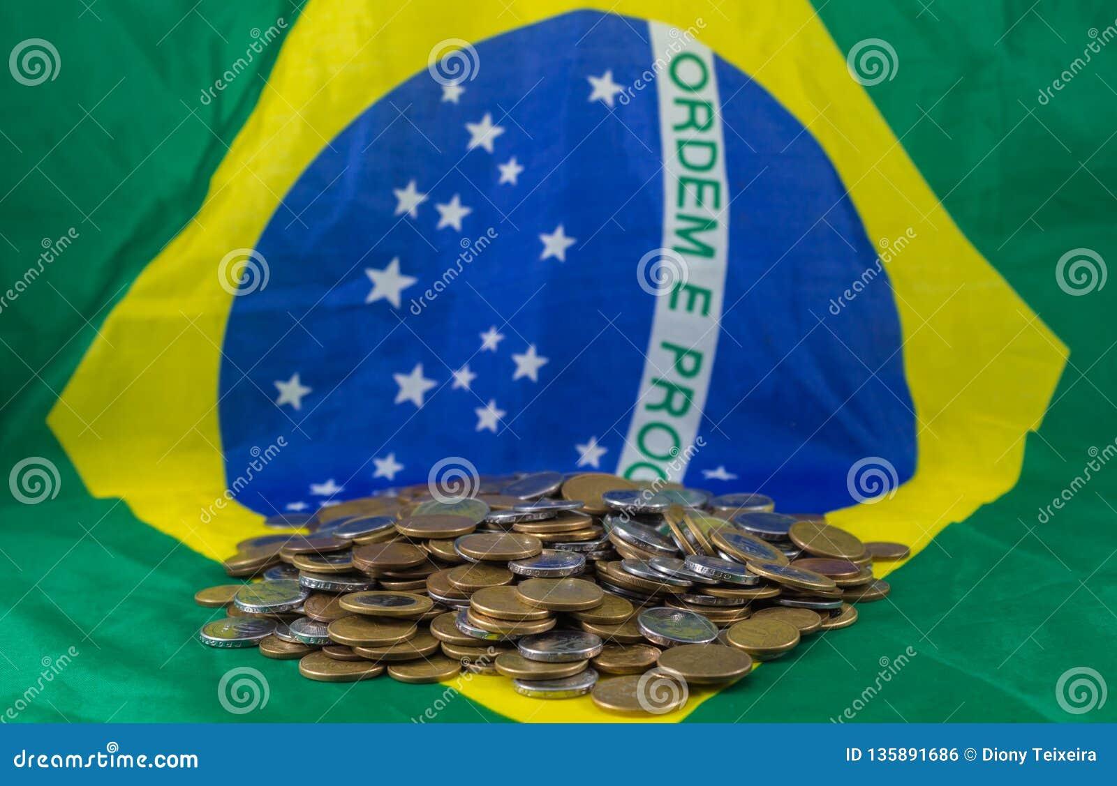 Brazylijczyk monety na tło fladze Brazylia, Pieniężna rzeczywistość