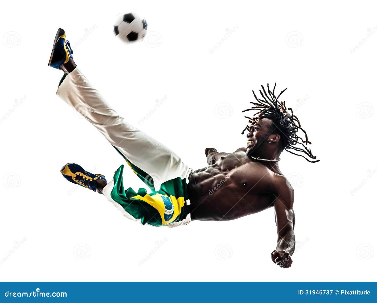 Brazylijski murzyna gracza piłki nożnej kopania futbol