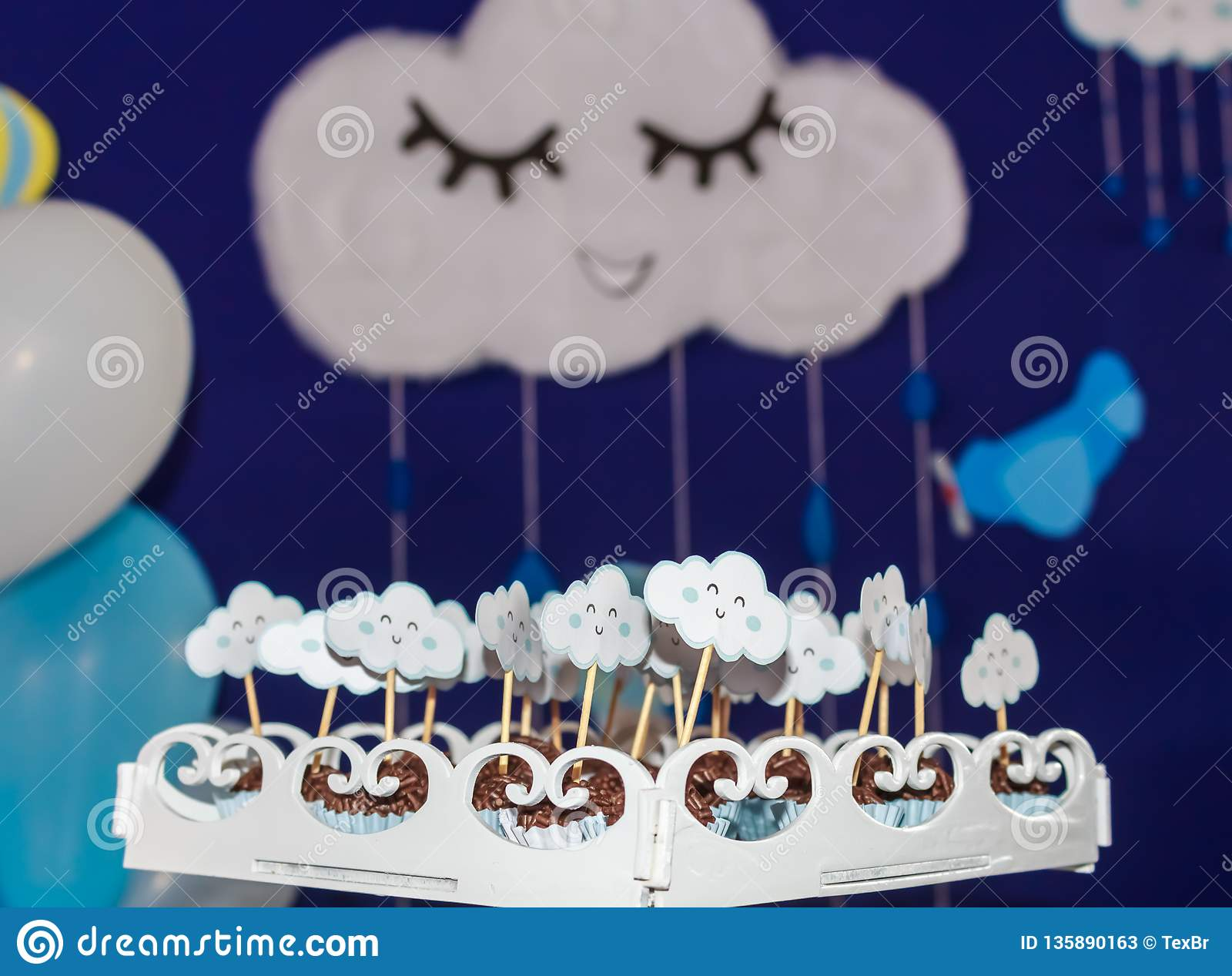 Brazylijski słodki brigadeiro Tło dla przyjęcia urodzinowego, z samolotami, balonami i chmurami, ono uśmiecha się w pięknym niebi