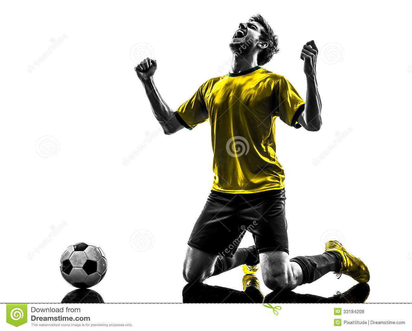 Brazylijskiego piłka nożna gracza futbolu szczęścia radości młody klęczeć ma