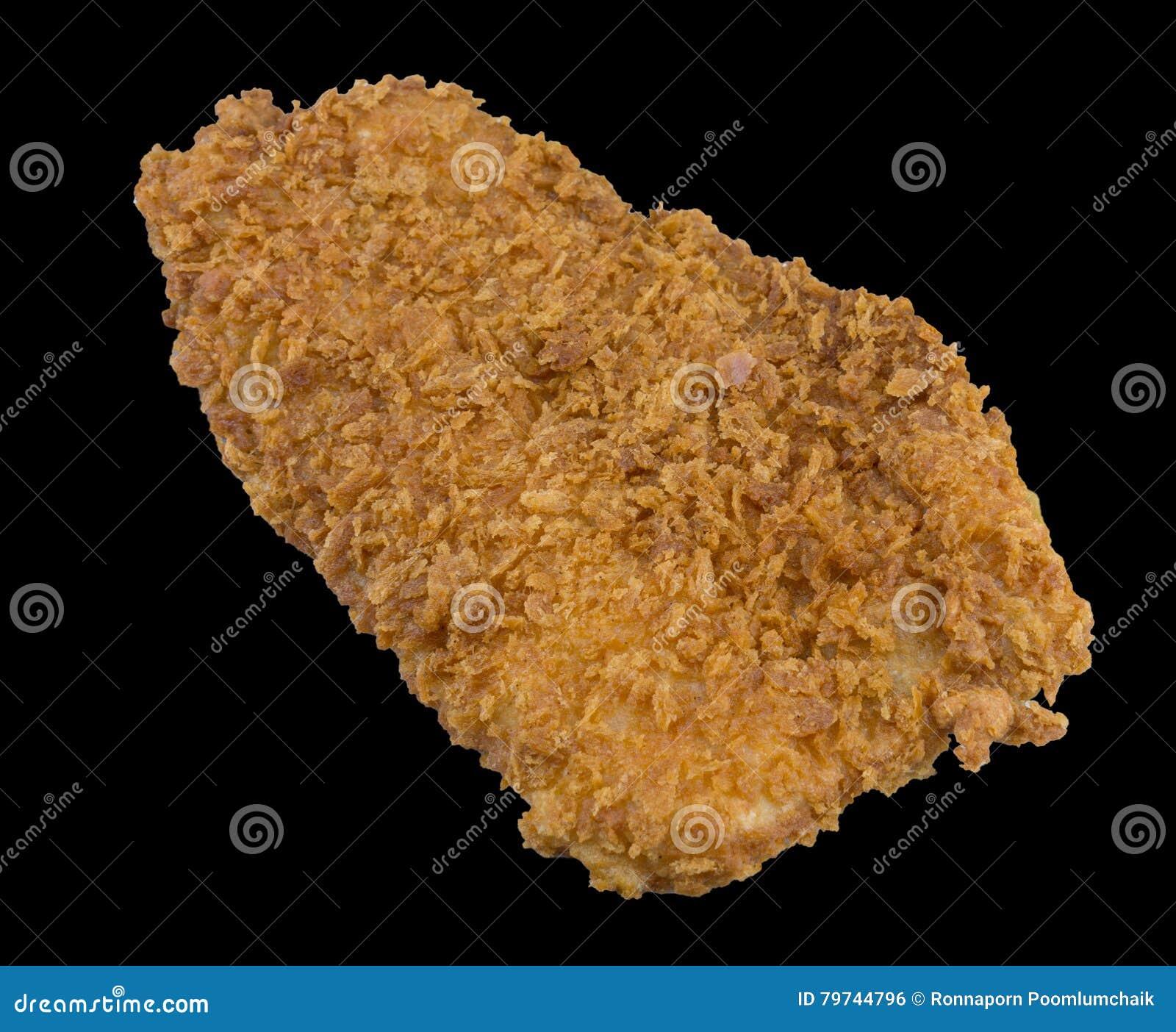 Breaded frió los pescados con pan y aislados en el fondo negro con la trayectoria de recortes