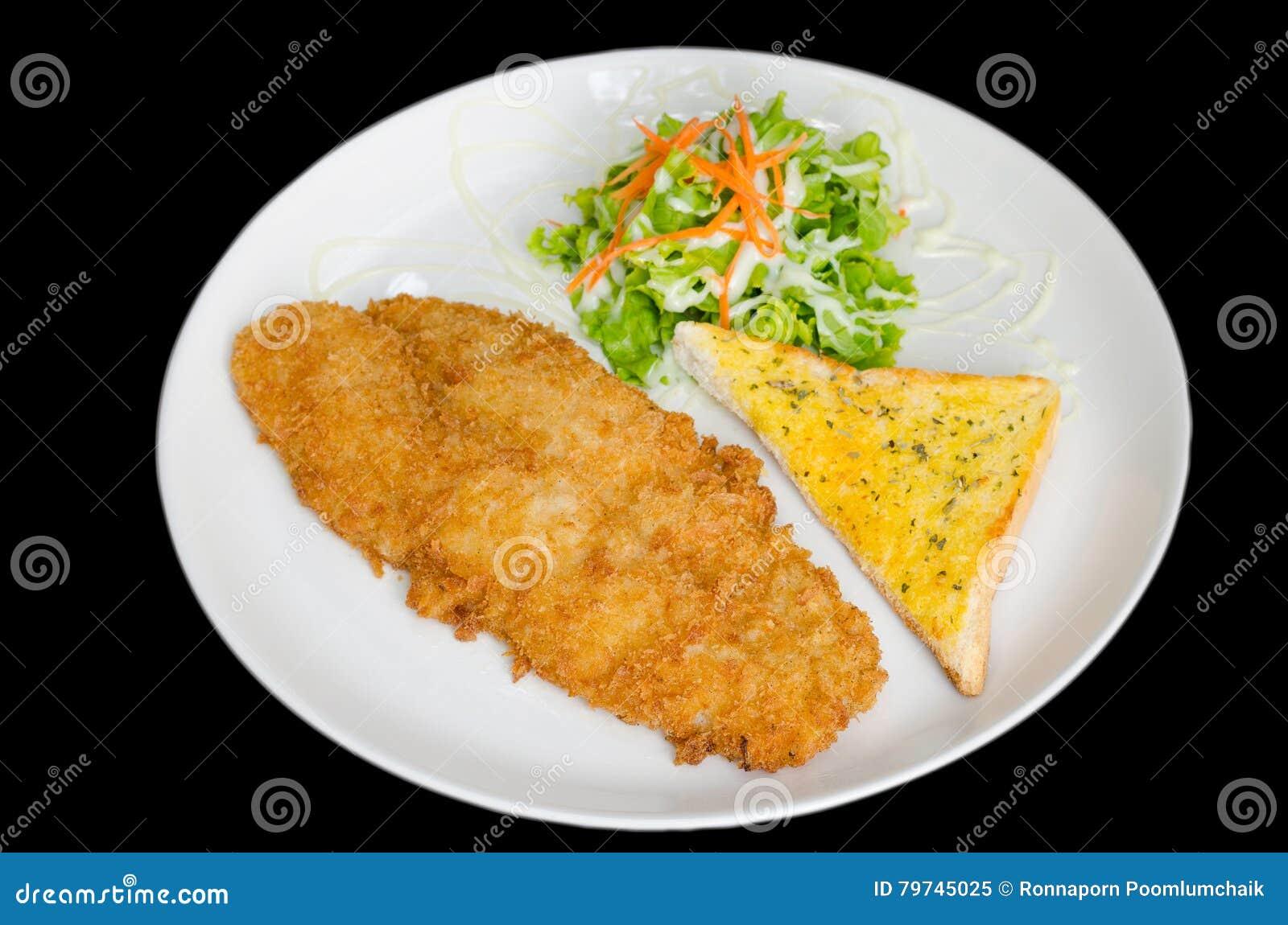 Breaded frió pescados con el pan y la verdura aislados en el blac