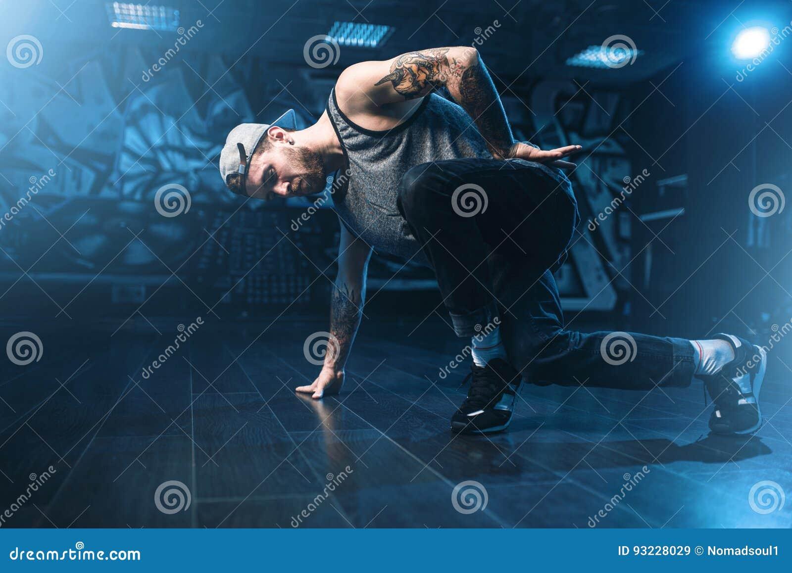 Breakdance-Bewegungen, Ausführender im Tanzstudio