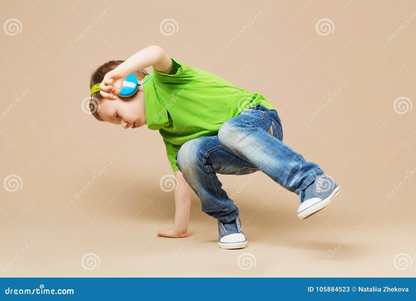 Breakdancekinder Tänzer der kleinen Pause, der seine Fähigkeiten im danc zeigt