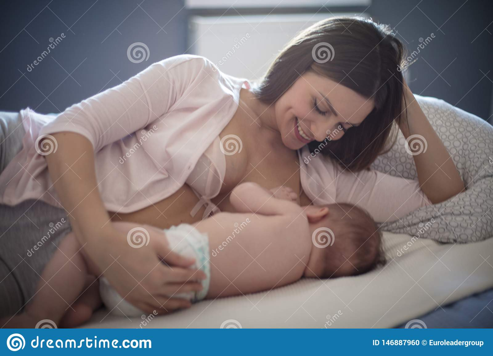 Breastfeeding czas jest więzi uczuciowej czasem