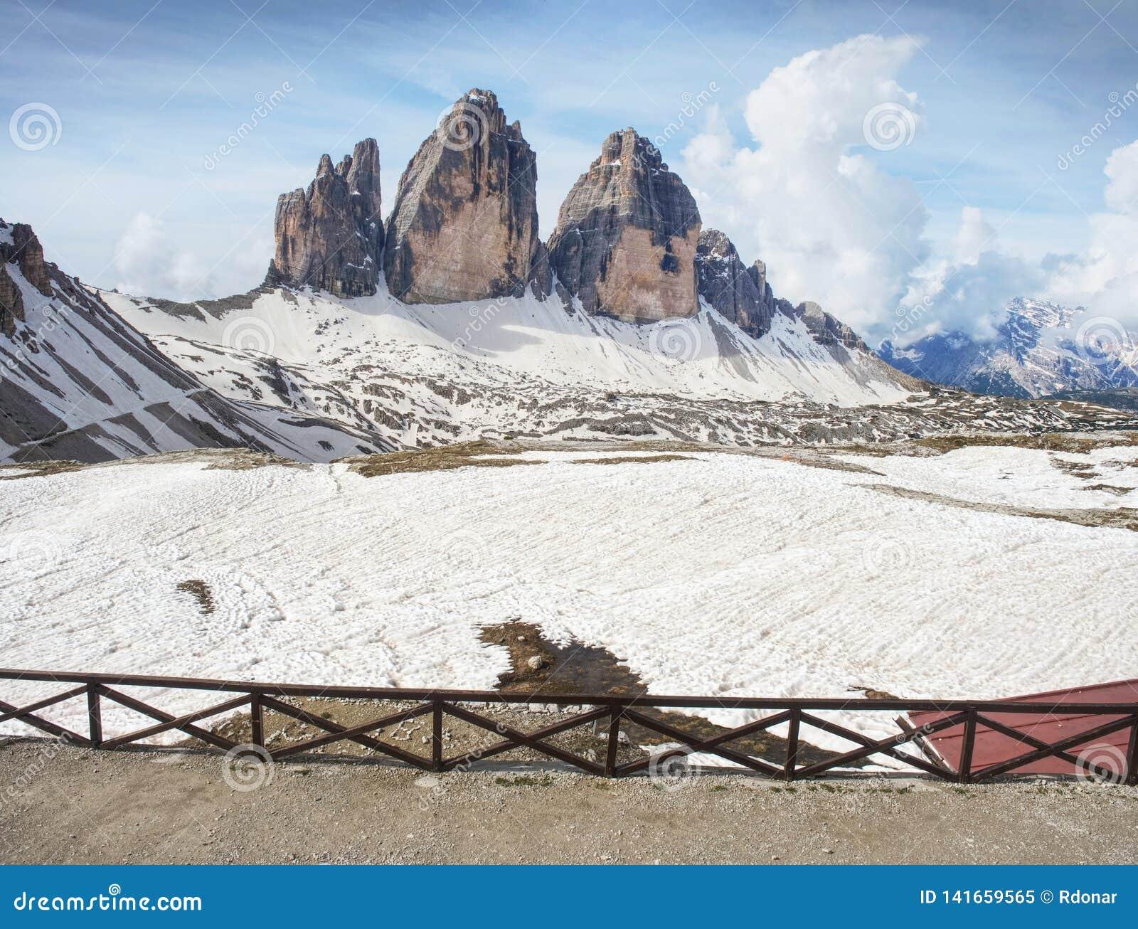 Breathtaking widok od halnego buda tarasu symbol Włoscy dolomity