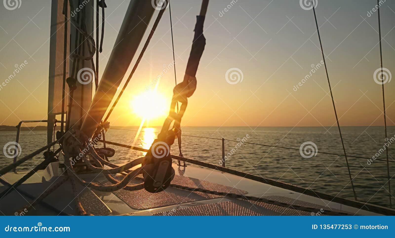 Breathtaking wschód słońca na horyzoncie, początek nowy dzień, nadzieje dla przyszłości, wyzwanie