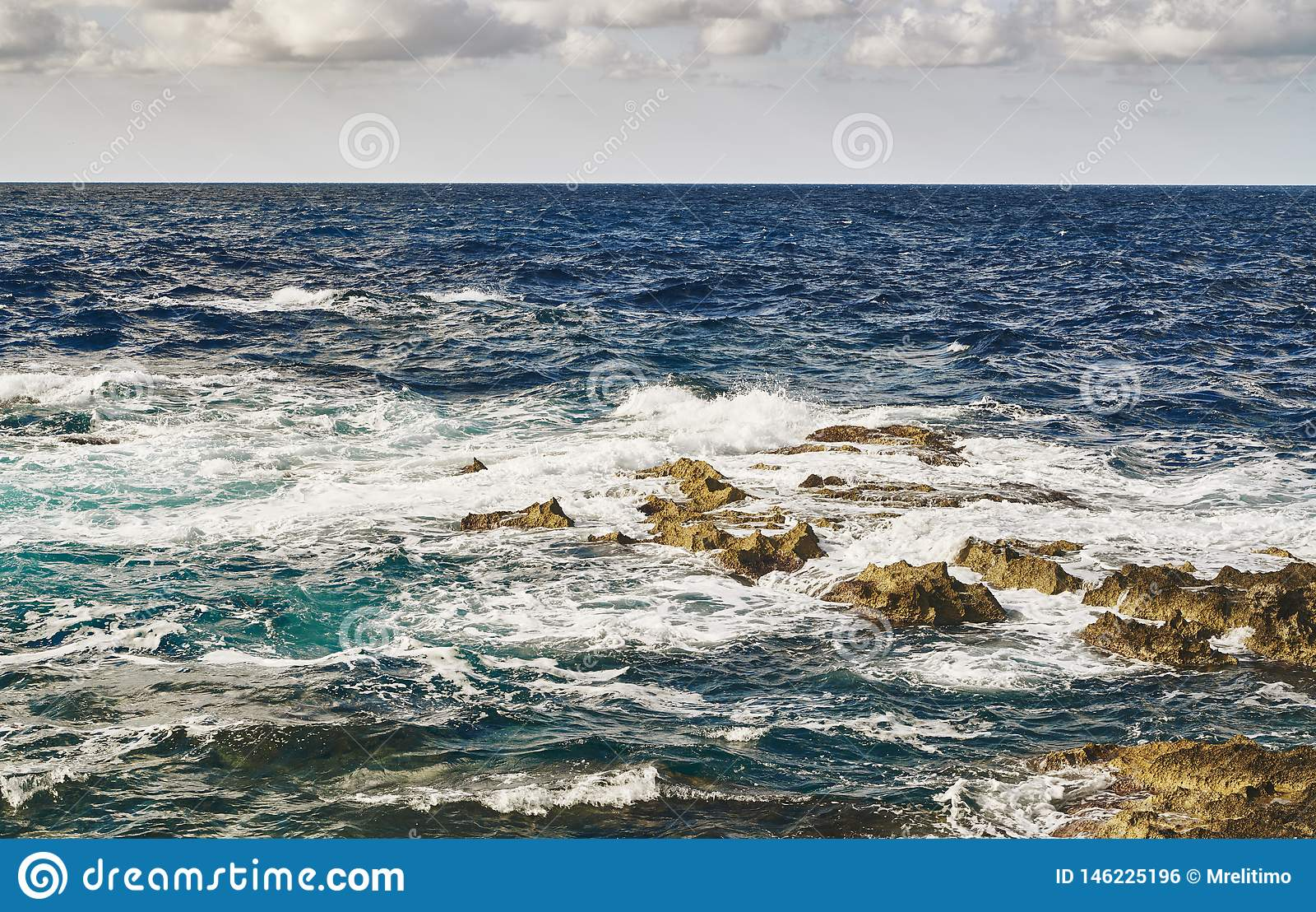 Brechende Wellen auf Steinen im Meer