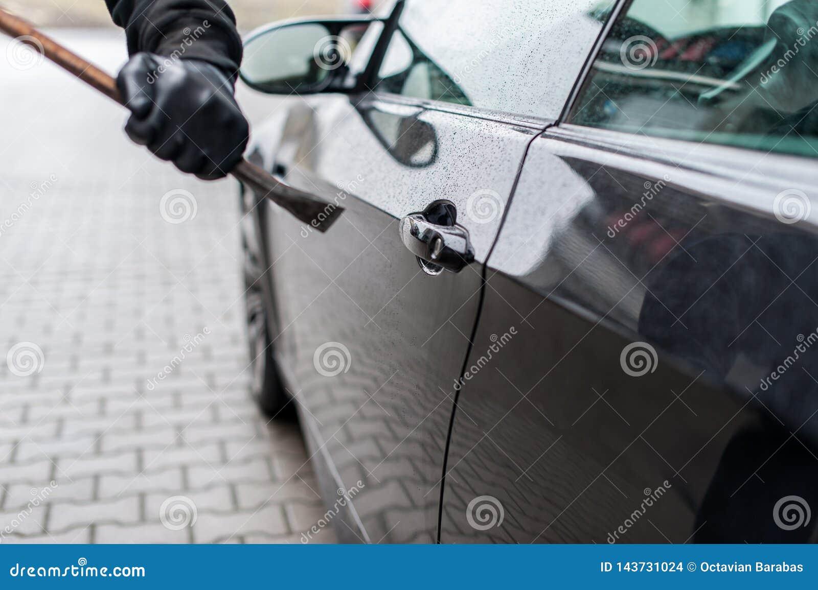 Brechstange auf Türschloss auf Auto
