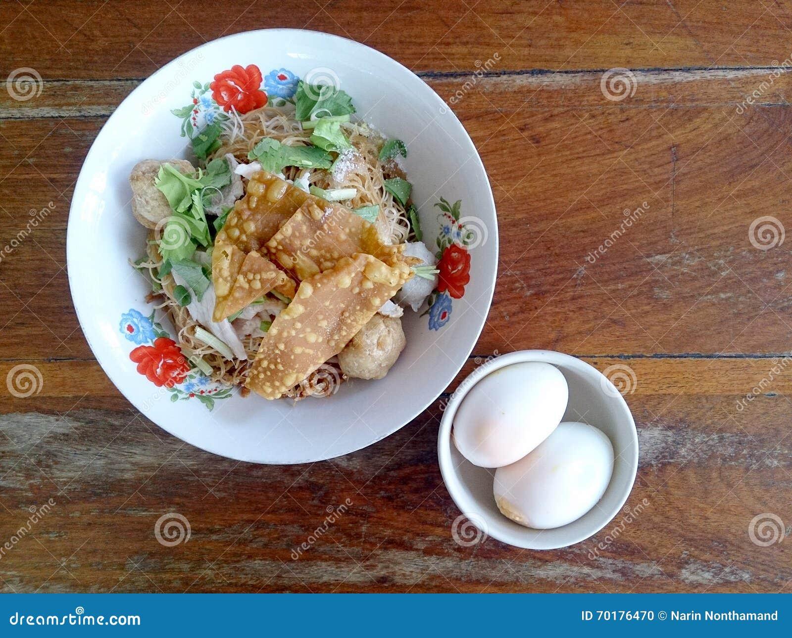 Bred risnudelsoppa med grönsaker och kött, ägg