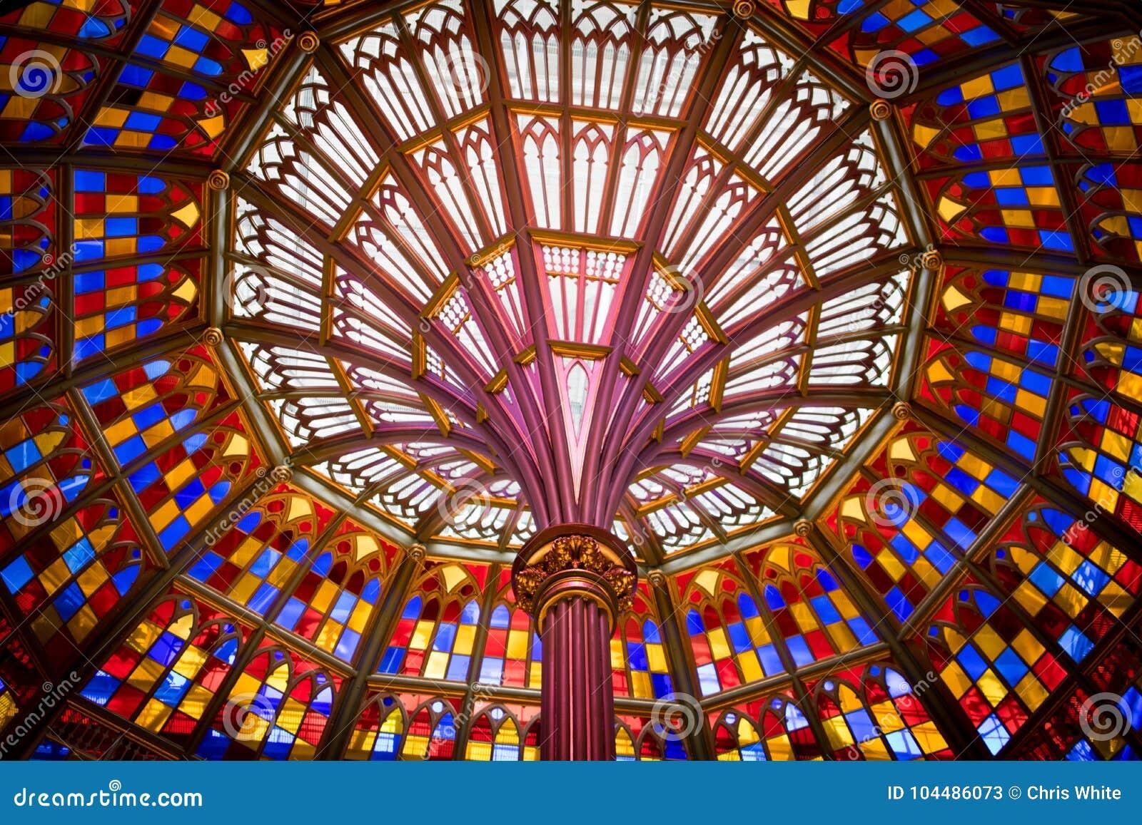 Bred vinkelblick på målat glasstaket i Louisiana gammal statlig Kapitoliumbyggnad