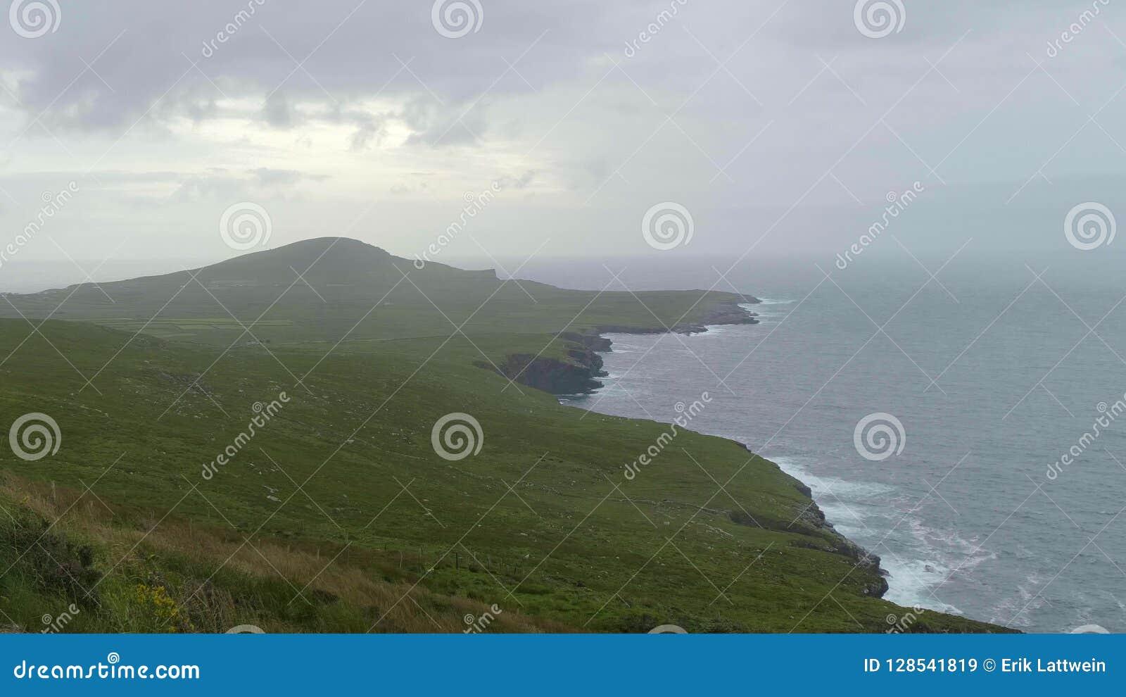 Bred vinkelsikt över det härliga landskapet av Kerry Ireland arkivfilmer