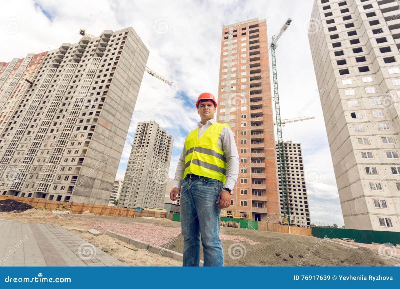 Bred vinkelstående av konstruktionsordförandeanseendet på byggnad