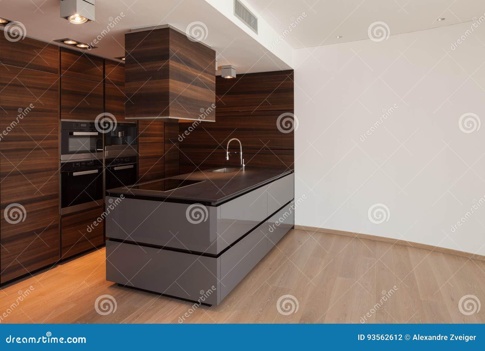 Moderne Kunst Keuken : Brede bruine keuken in moderne flat stock foto afbeelding