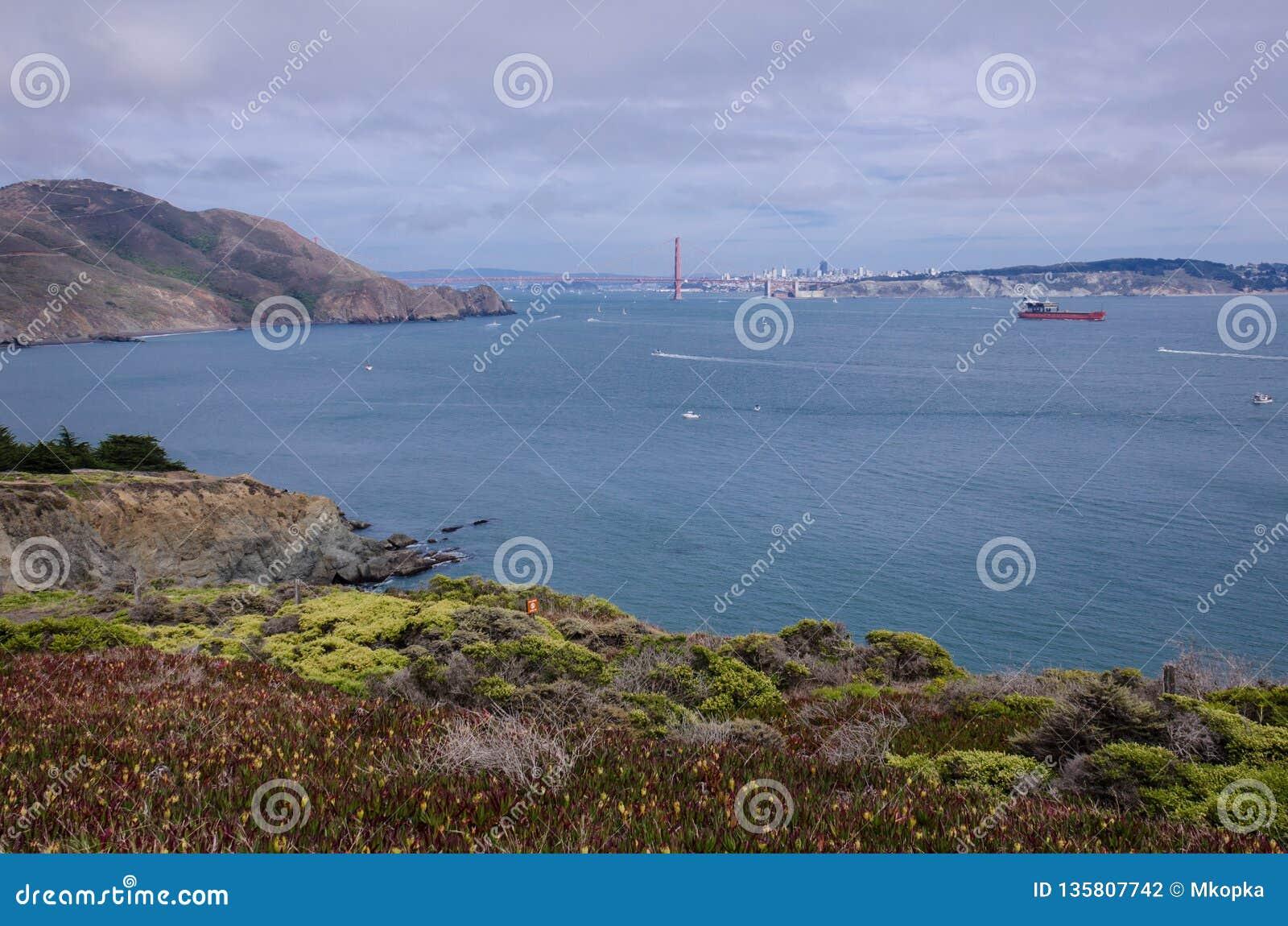 Brede hoekmening van Golden gate bridge in San Francisco zoals die van Marin Headlands wordt gezien