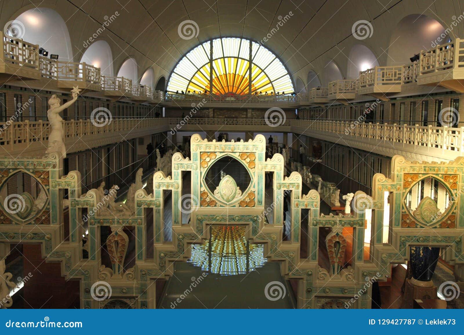 Brede hoekmening van het Museum van La Piscine van Kunst en Industrie, Roubaix Frankrijk