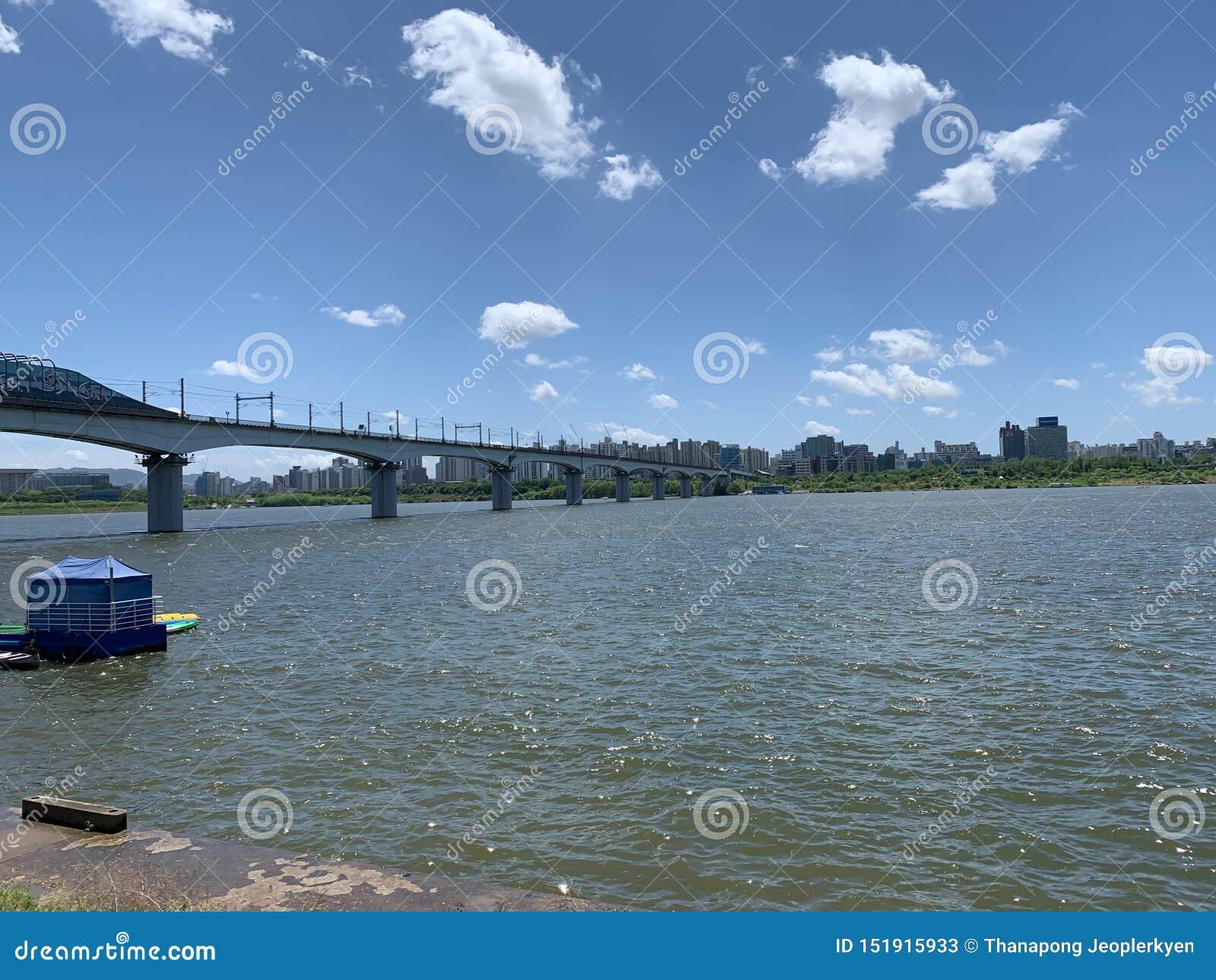Brede rivierbrug en de blauwe hemelachtergrond