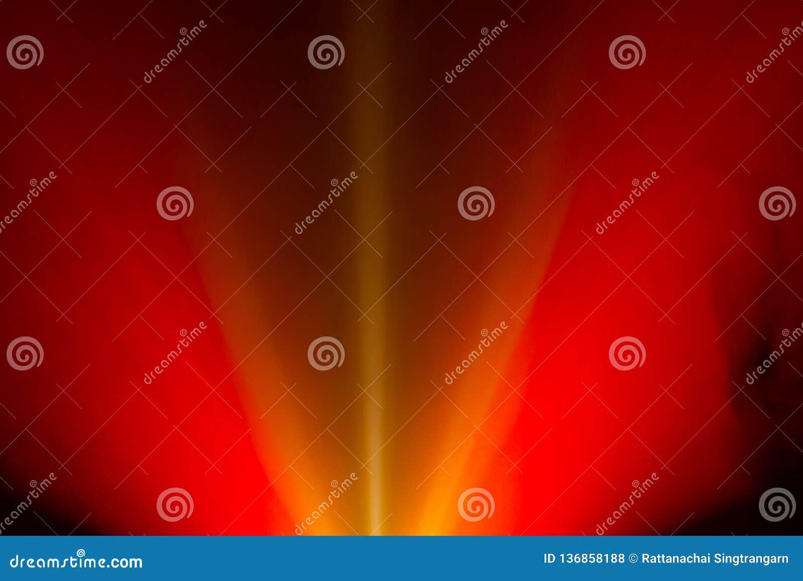 Brede rode de brand lichtstraal van de lensprojector voor film en bioskoop bij nacht de schijnwerper van de rooktextuur onderzoek