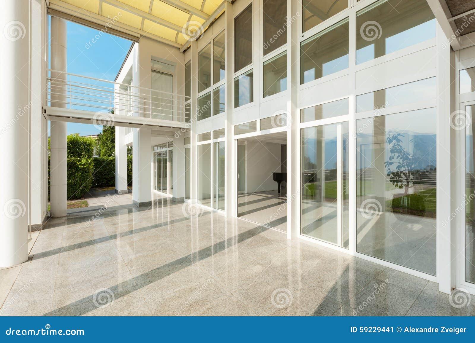 Brede veranda van een modern huis stock afbeelding afbeelding