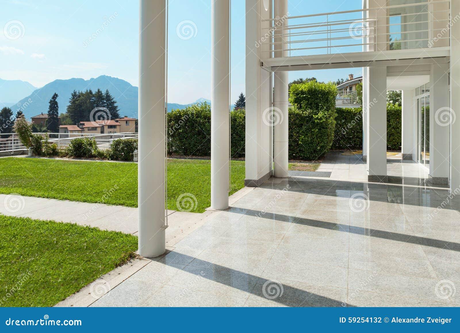 Brede veranda van een modern huis stock foto afbeelding