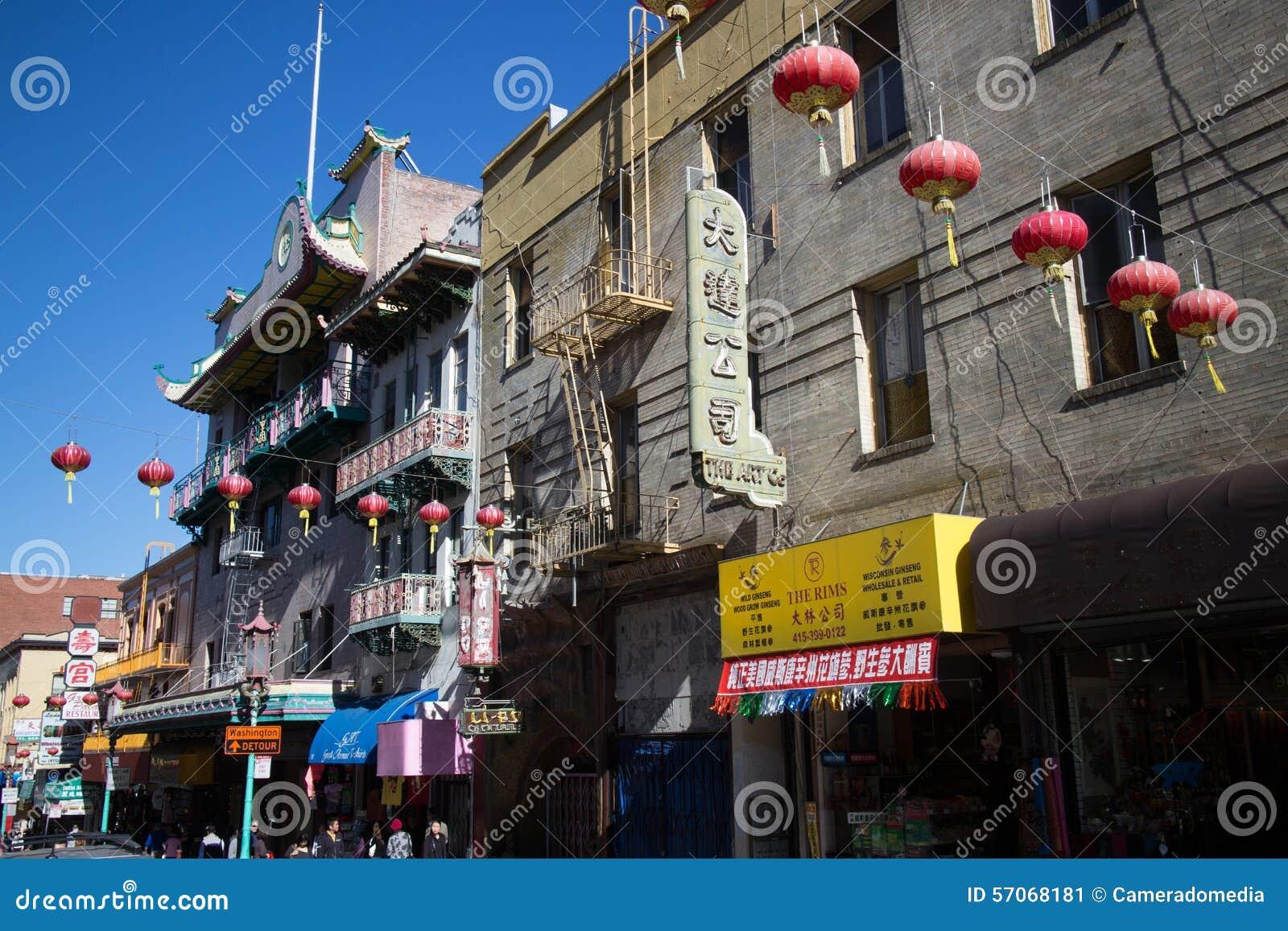 Bredere mening van rode Chinese lantaarns die over een straat in Chinatown, San Francisco hangen