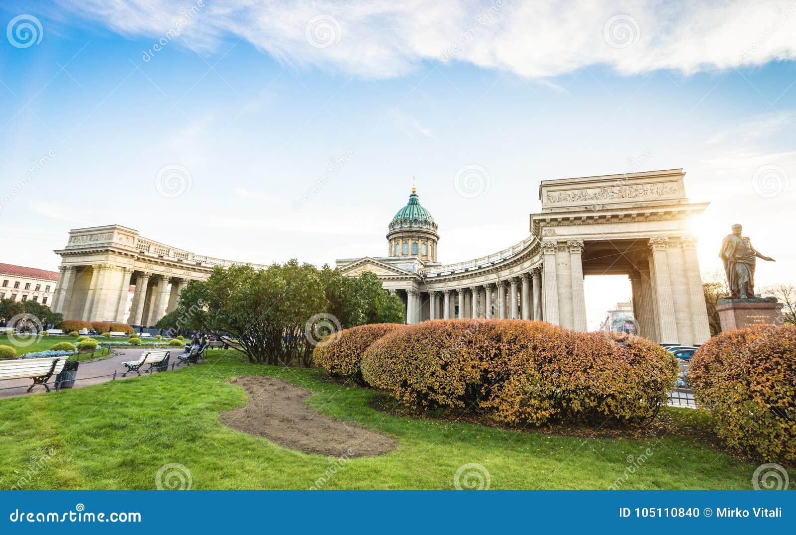 Breed hoek vooraanzicht van Kazan Kathedraal in Heilige Petersburg