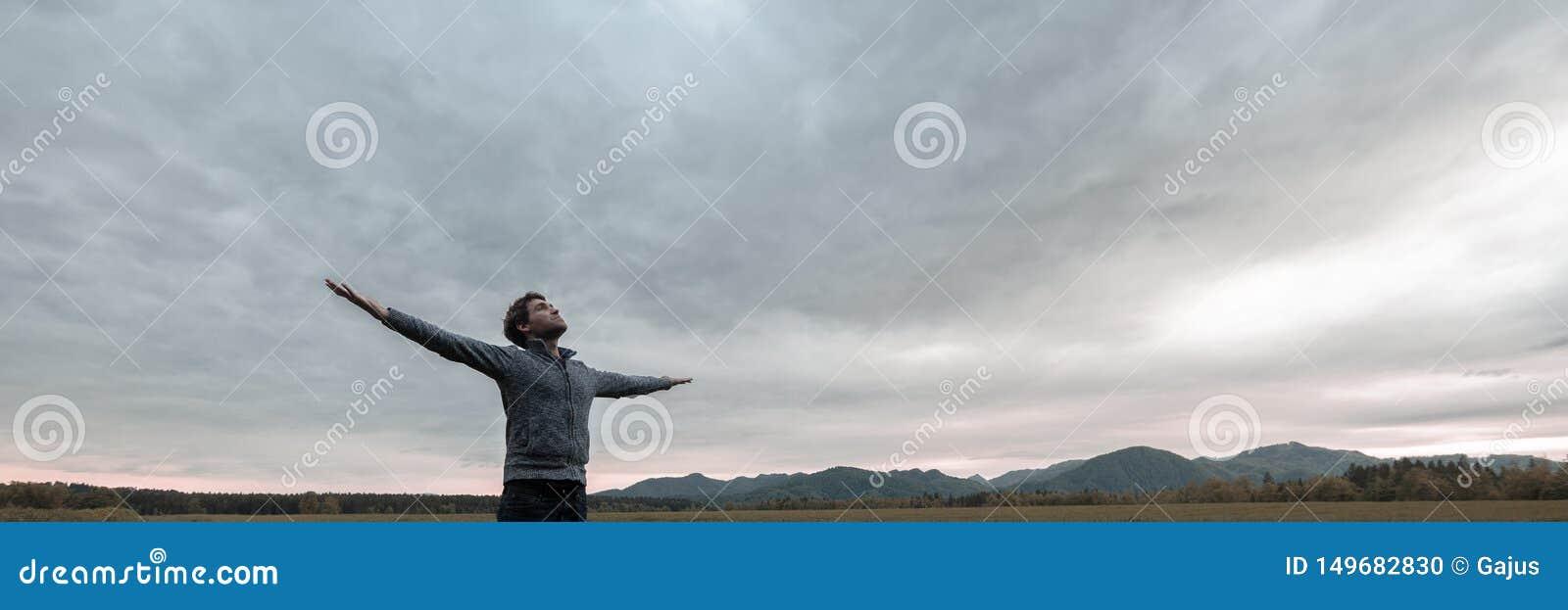 Breed meningsbeeld van jonge mens het vieren het leven