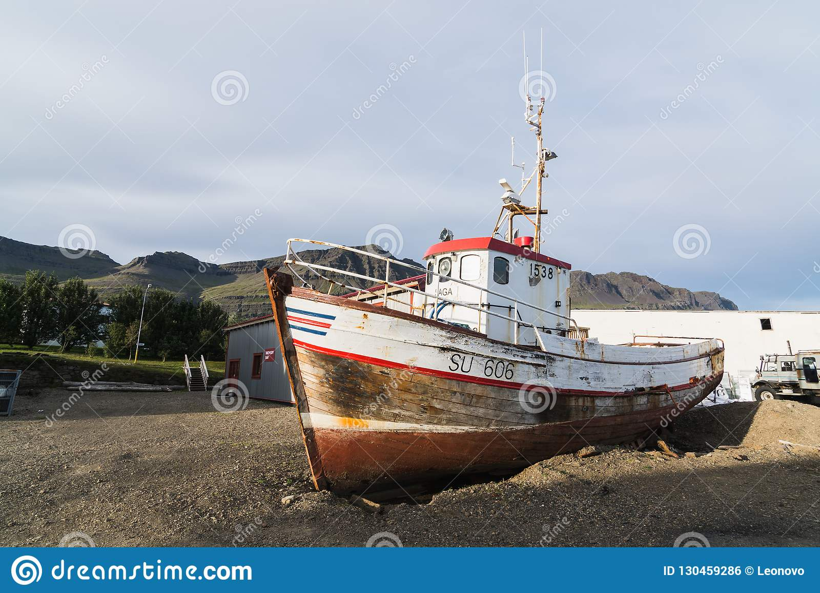 BREIDDALSVIK, ISLAND - AUGUST 2018: verlassene alte Fischereifahrzeugstellung aus den Grund nahe bei Beljandi-Brauerei