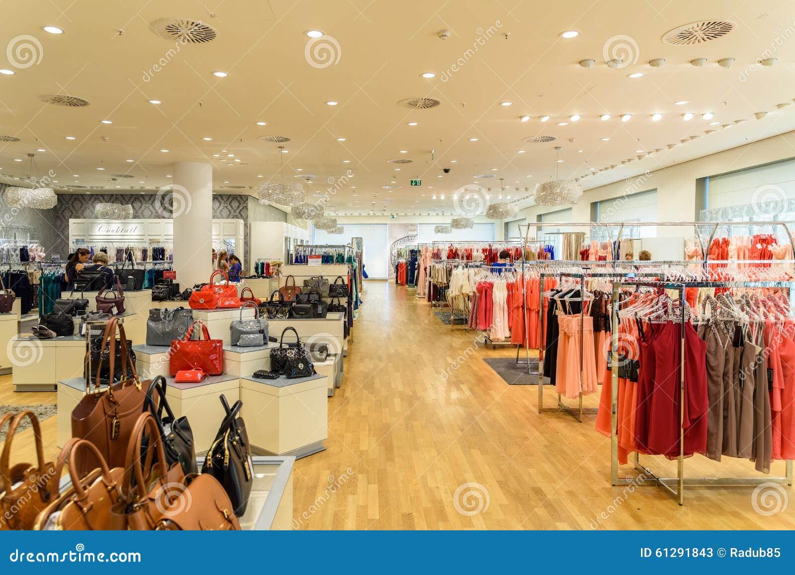 breite auswahl von frauen-kleidung im einkaufszentrum