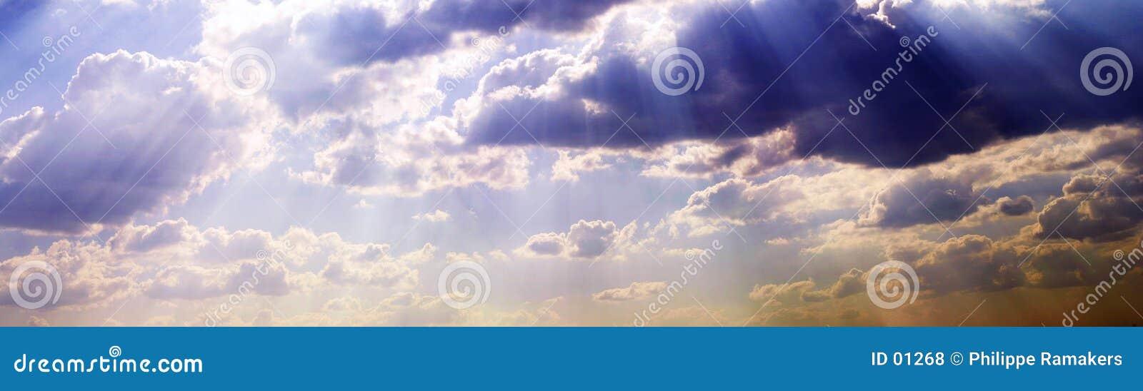 Breiter Himmel mit Wolken
