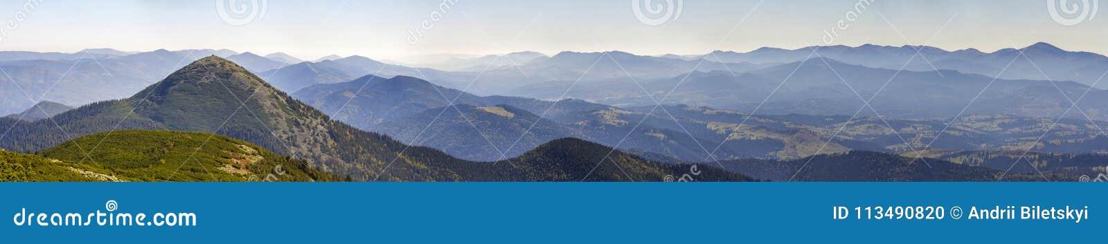 Breites Panorama von grünen Gebirgshügeln im sonnigen schönen Wetter Karpatengebirgslandschaft im Sommer Ansicht felsigen Spitzen
