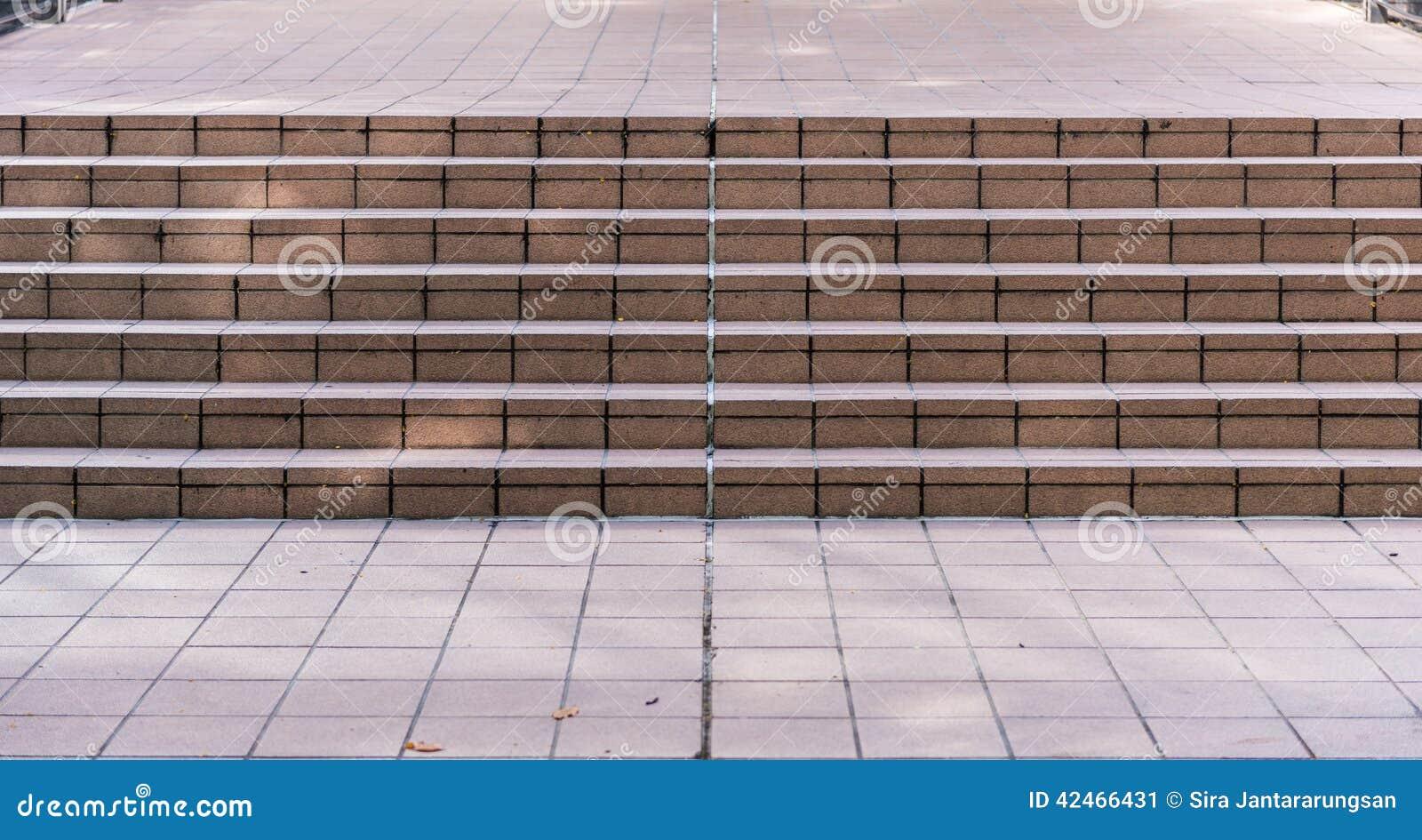 Breites Steintreppenhaus häufig gesehen auf Gebäude