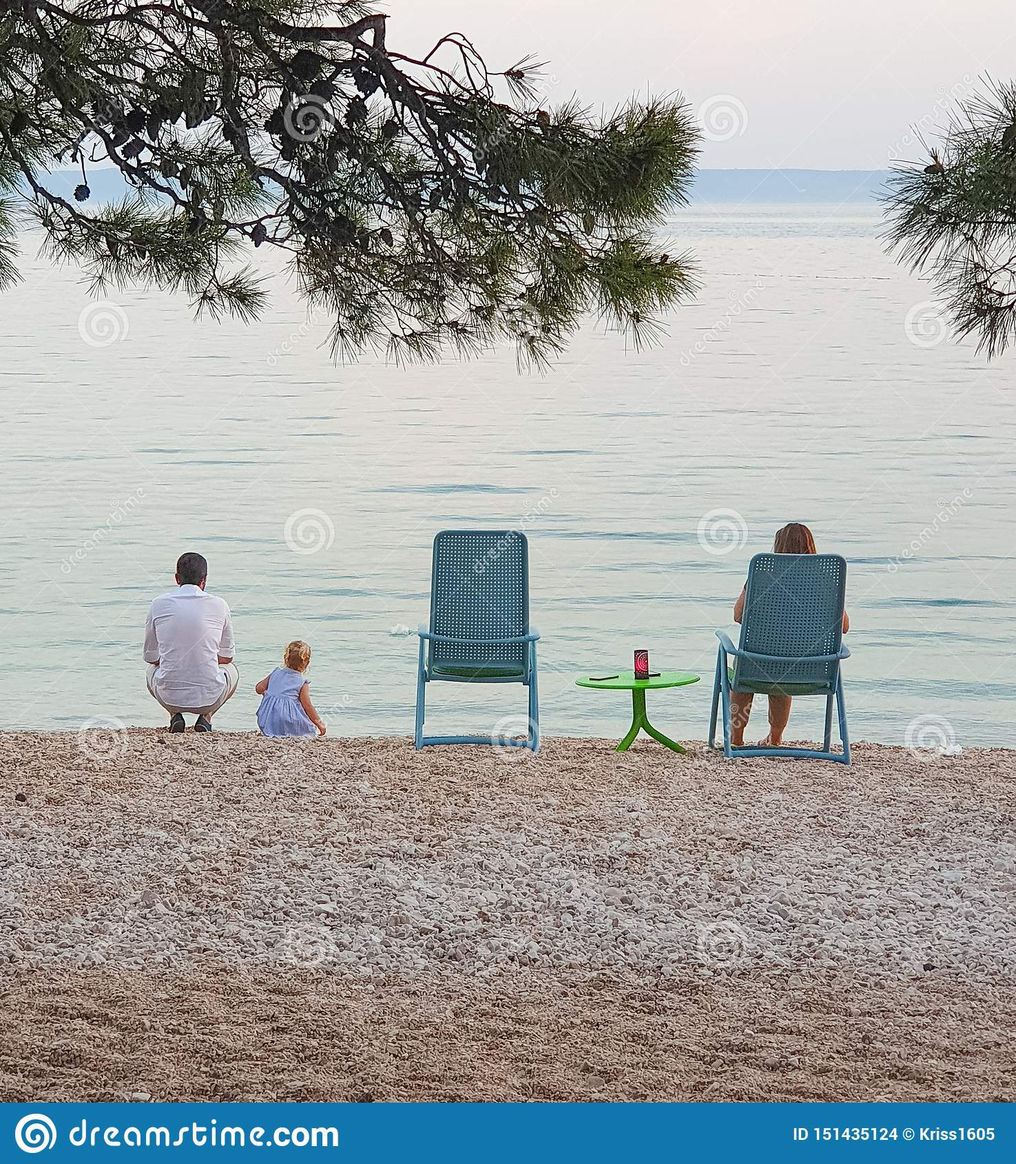 Brela 克罗地亚- 2019年6月14日:家庭在海边在一个露天咖啡馆的晚上