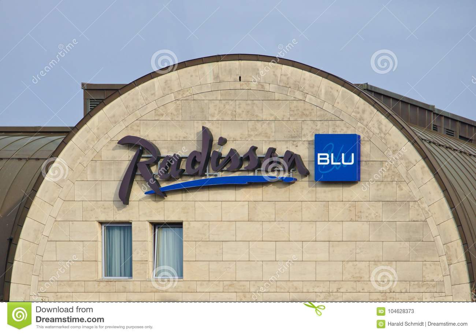 Download Bremen, Duitsland - November Drieëntwintigste, 2017 - Geveltop Van Het Hotel Van Radisson Blu Met Bedrijfembleem Redactionele Stock Foto - Afbeelding bestaande uit ketting, architectuur: 104628373