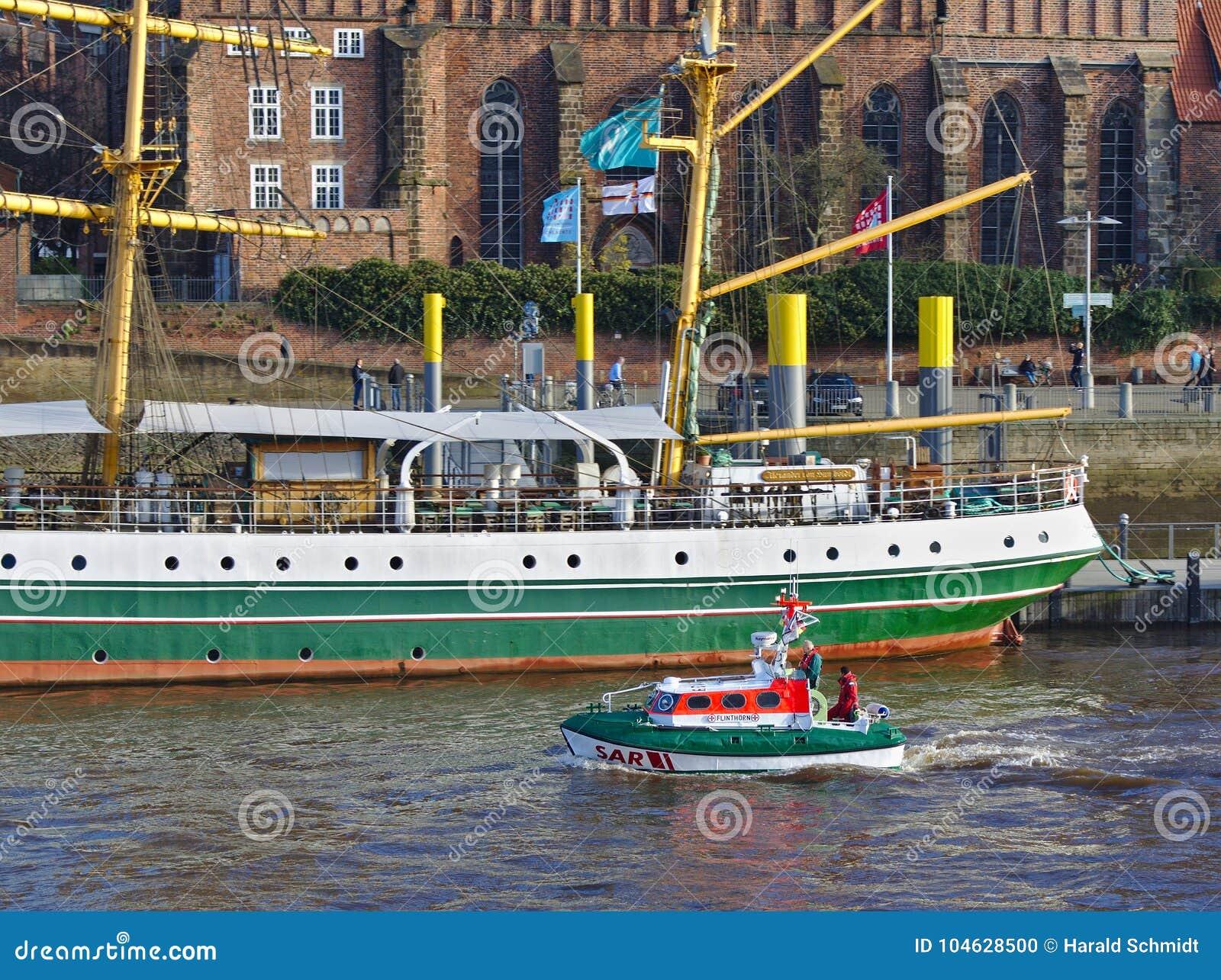 Download Bremen, Duitsland - November Drieëntwintigste, 2017 - Reddingsboot Flinthörn Die Het Varende Schip Alexander Von Humboldt Overga Redactionele Afbeelding - Afbeelding bestaande uit pijler, europa: 104628500