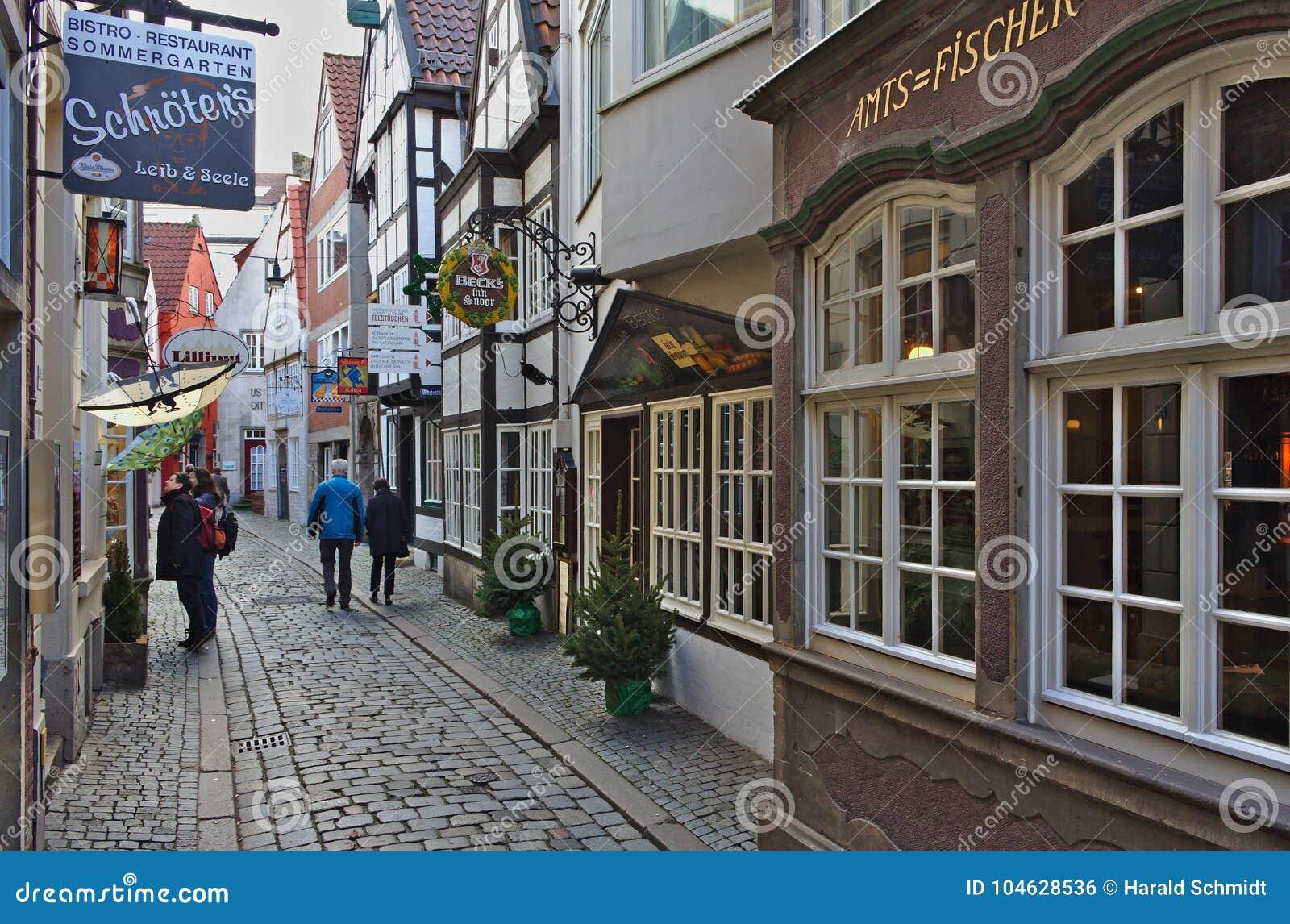 Download Bremen, Duitsland - November Drieëntwintigste, 2017 - Smalle Keistraat In Het Historische Schnoor-district Met Restaurants En Win Redactionele Foto - Afbeelding bestaande uit historisch, schilderachtig: 104628536