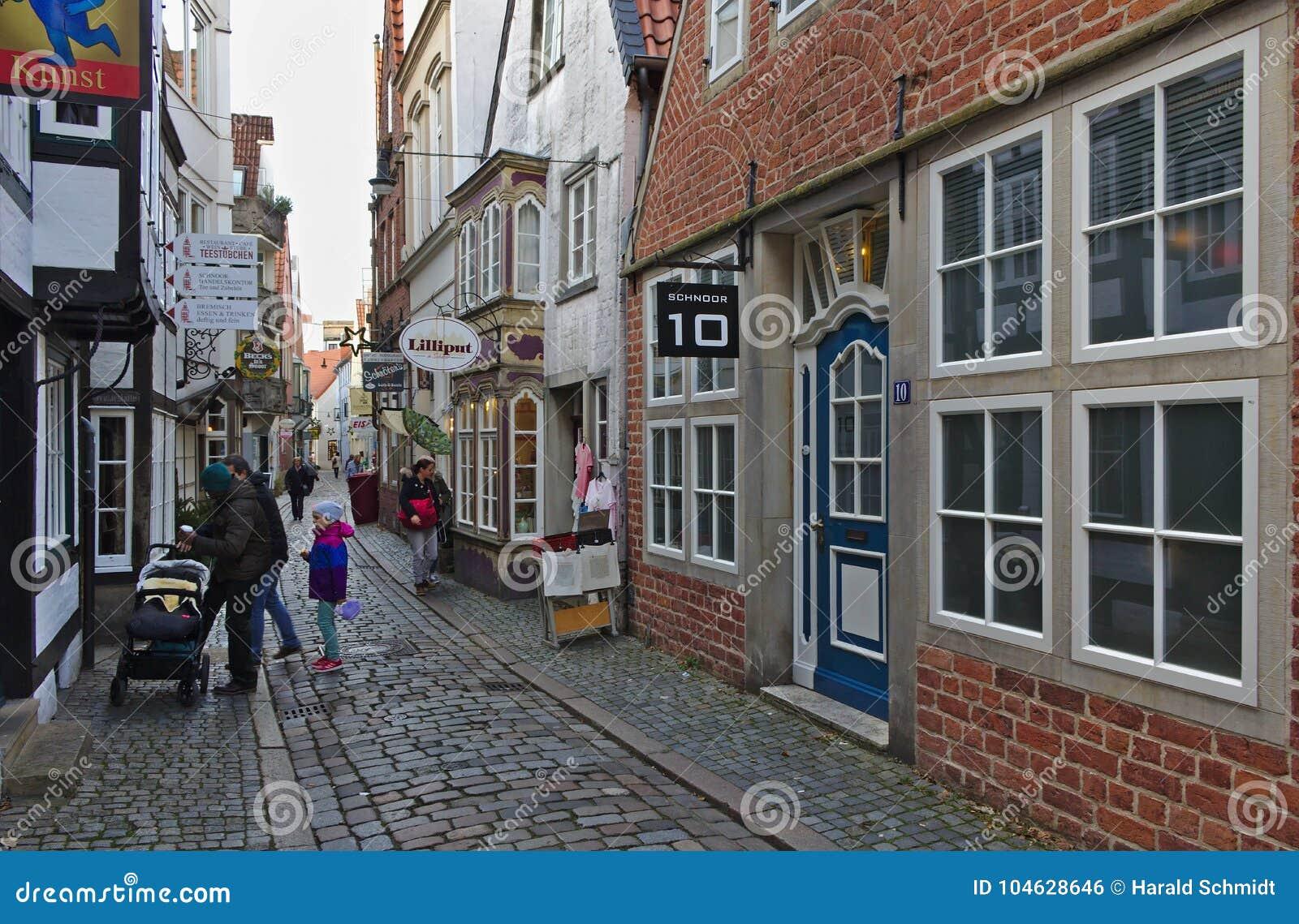 Download Bremen, Duitsland - November Drieëntwintigste, 2017 - Smalle Keistraat In Het Historische Schnoor-district Met Restaurants En Win Redactionele Foto - Afbeelding bestaande uit duitsland, sightseeing: 104628646
