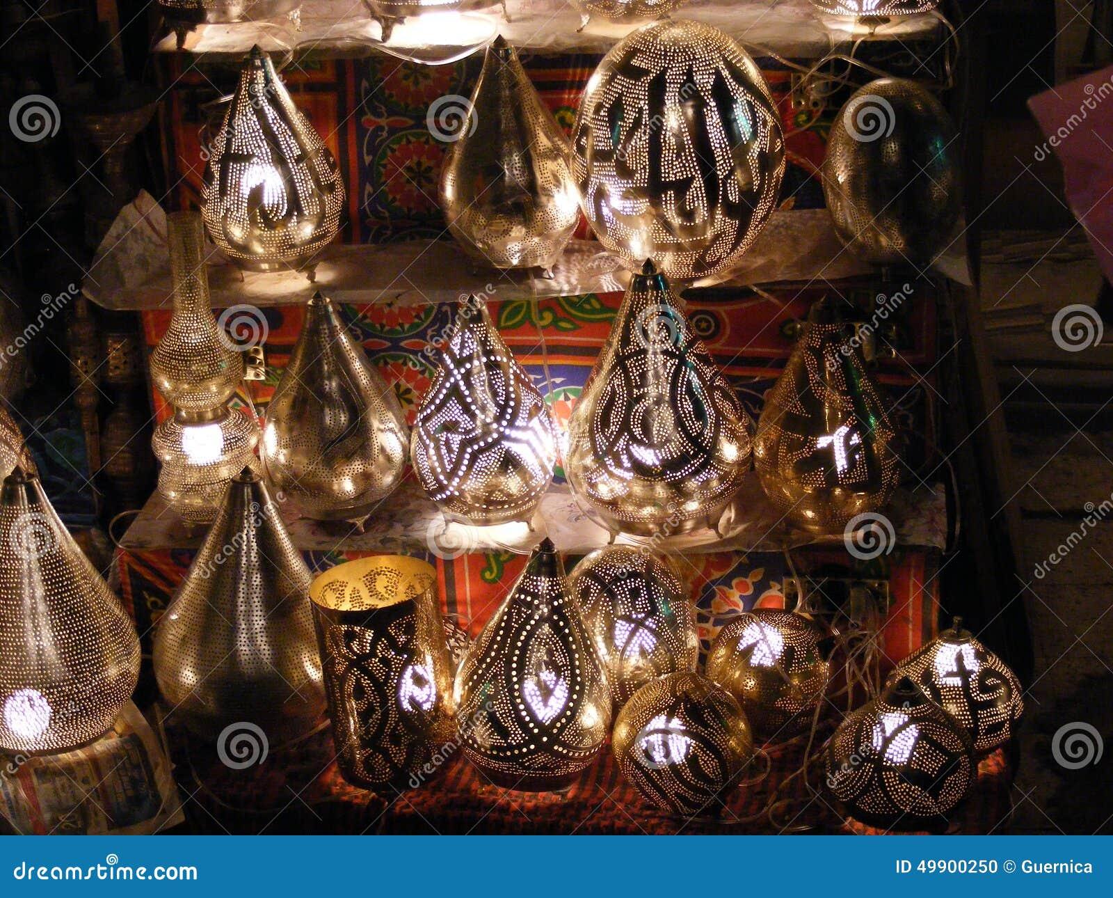 Brengen de verkopende het koperlampen van de winkelverkoper in khan khalili van Gr souq in Egypte Kaïro op de markt